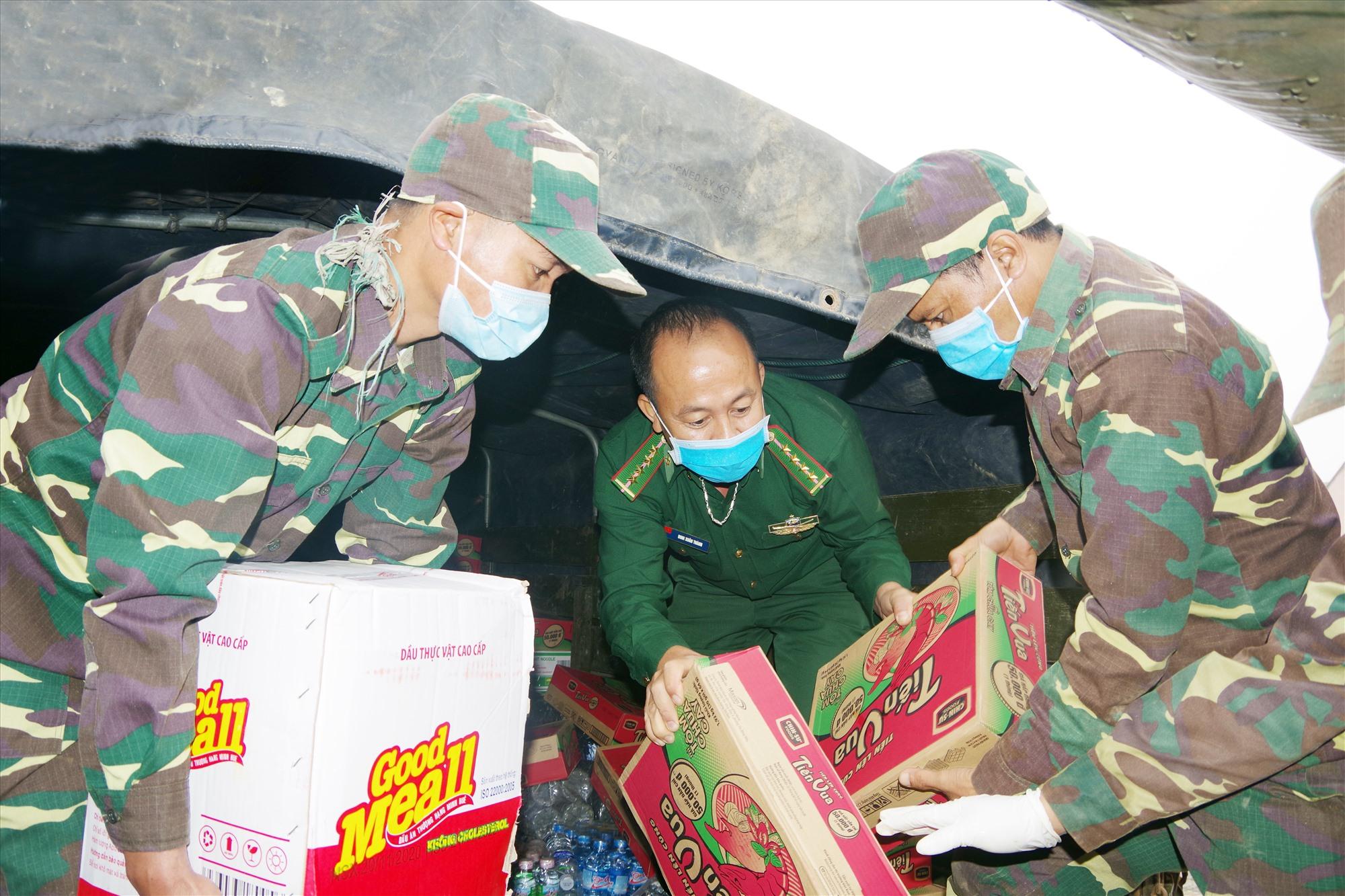 BĐBP tỉnh hỗ trợ lương thực, vật tư y tế cho lực lượng bảo vệ biên giới tỉnh Sê Kông ( Lào). Ảnh: HỒNG ANH