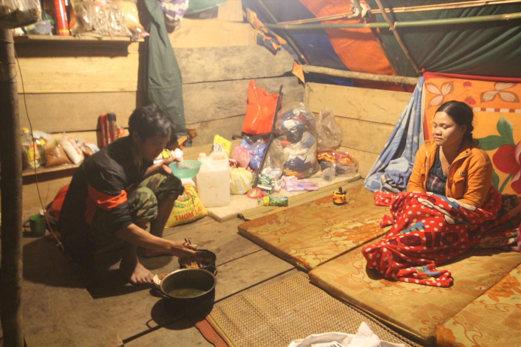 Người dân phải sống tạm trong các túp lều do chính quyền xã dựng lên. Ảnh: T.C