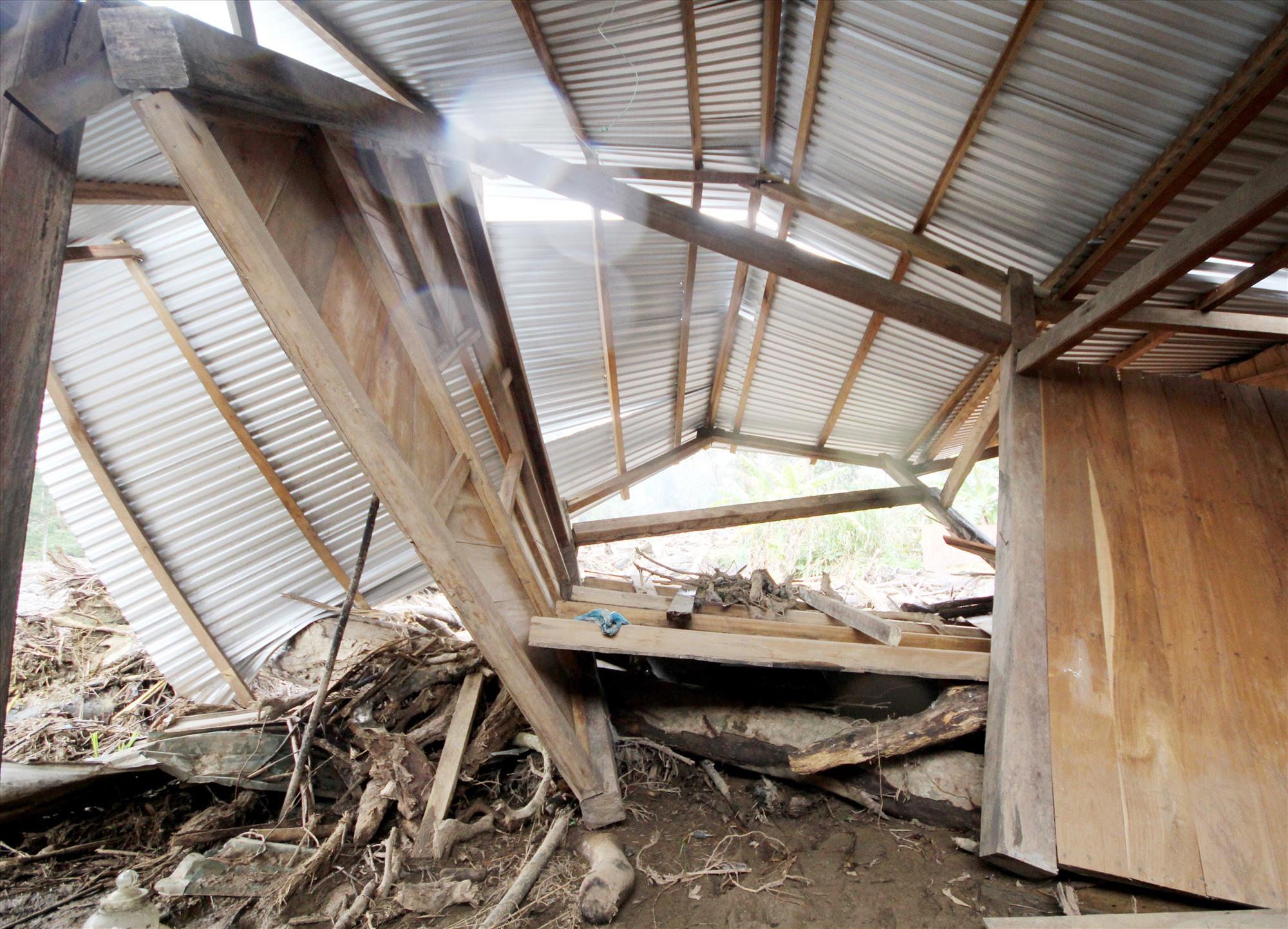Căn nhà của vợ chồng Hồ Văn Đoàn bị sạt lở bẻ gãy gập. Ảnh: T.C