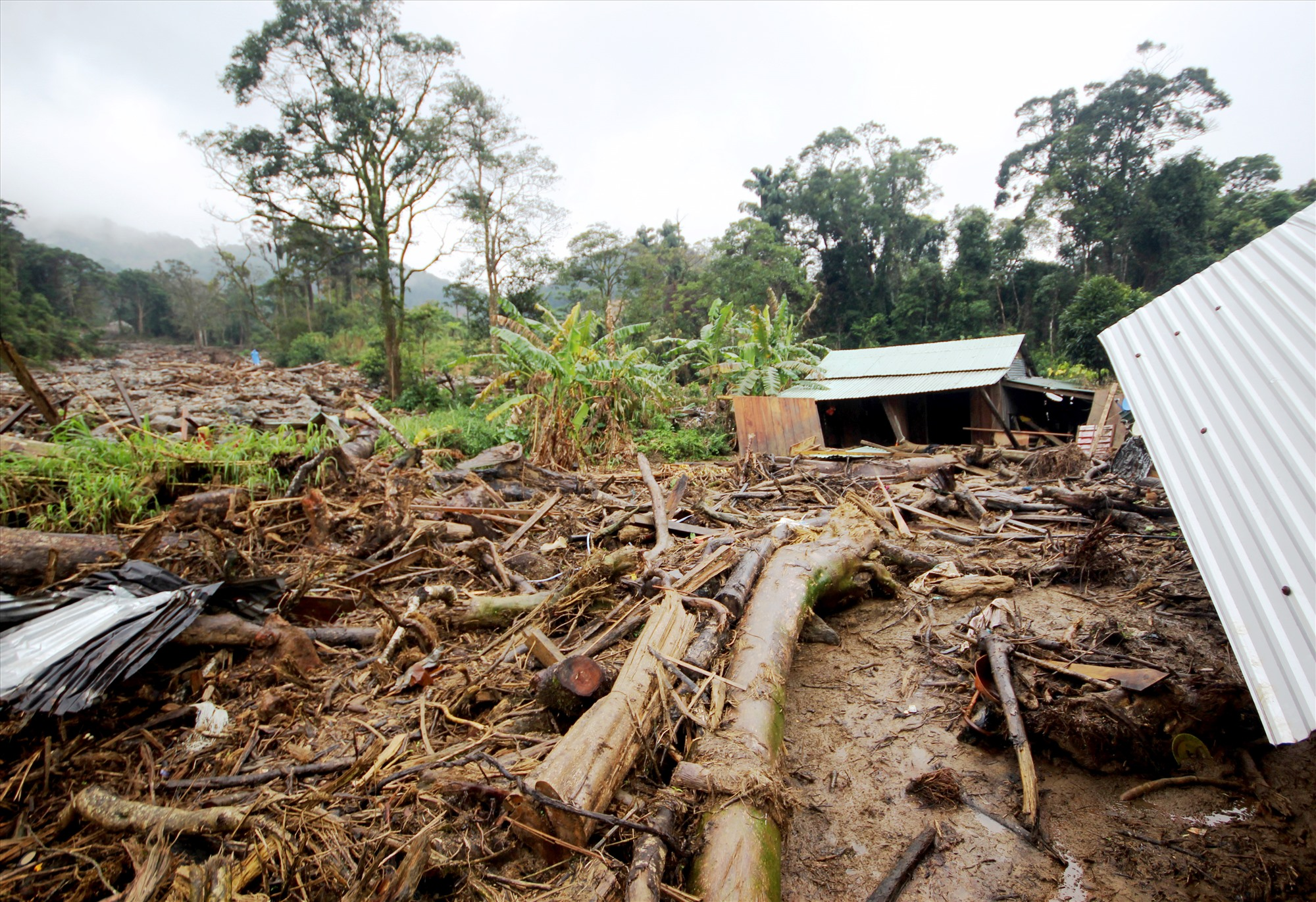 Chỉ còn vài căn nhà còn may mắn sót lại sau trận lũ quét. Ảnh: T.C