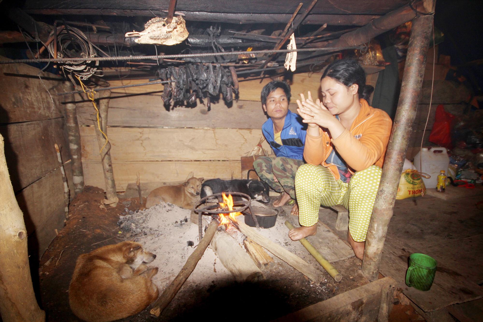 Vợ chồng trẻ nói sẽ không ở lại làng nữa, sau khi tìm thấy được mẹ. Ảnh: T.C