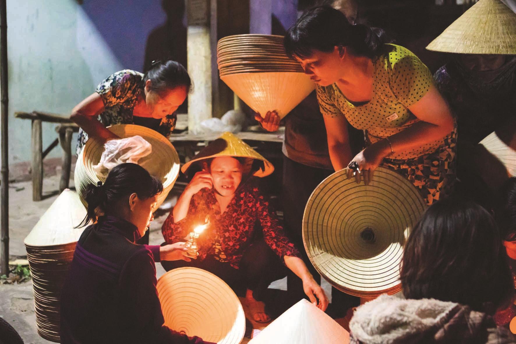 """Chợ nón Cát Tân như một nét quê nơi """"xứ Nẫu""""."""