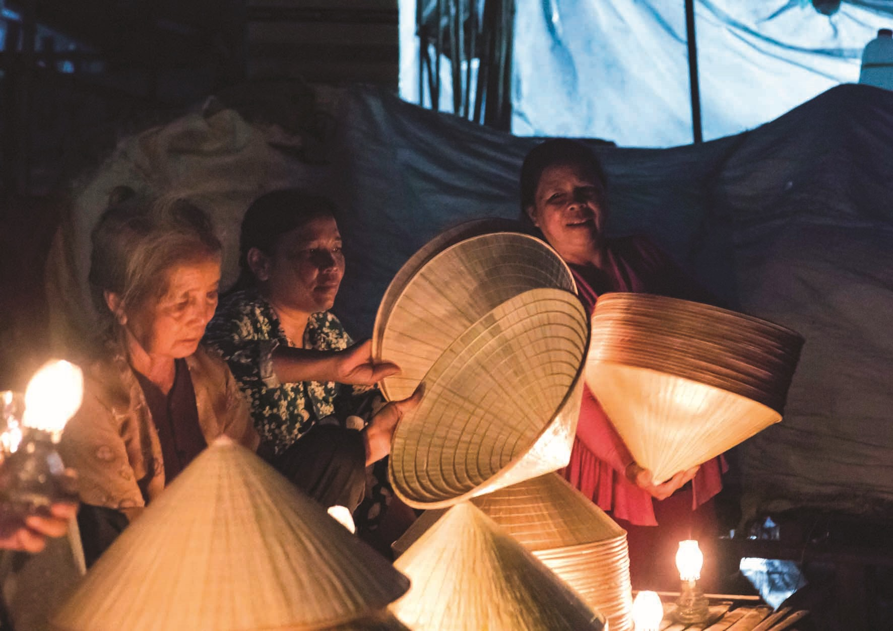 Qua bao thăng trầm, chợ nón vẫn giữ được nét mộc mạc của một phiên chợ quê.