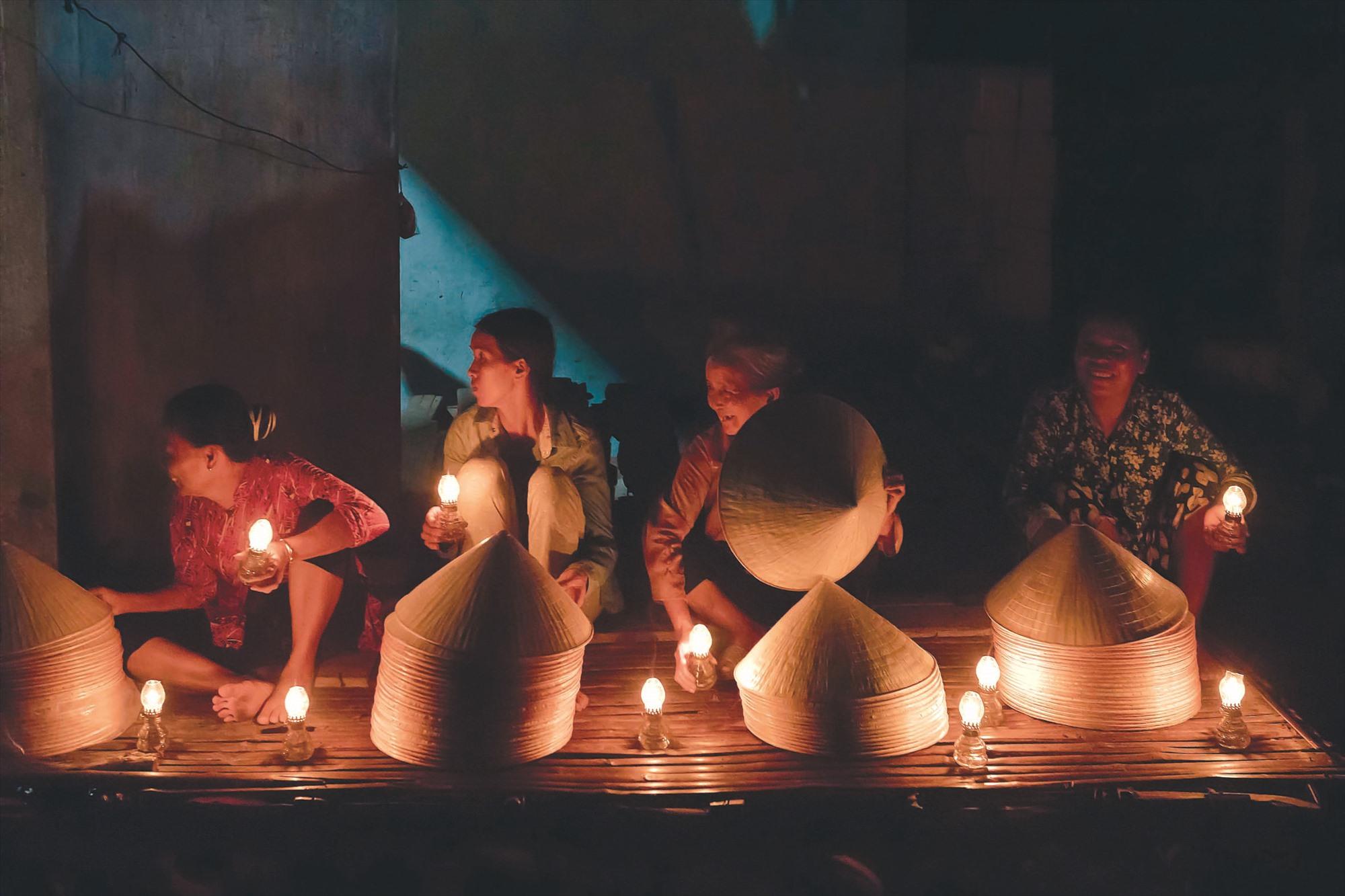Chợ họp vào ban đêm, với phần lớn là các bà, các mẹ đã hàng chục năm gắn bó với nghề làm nón lá.