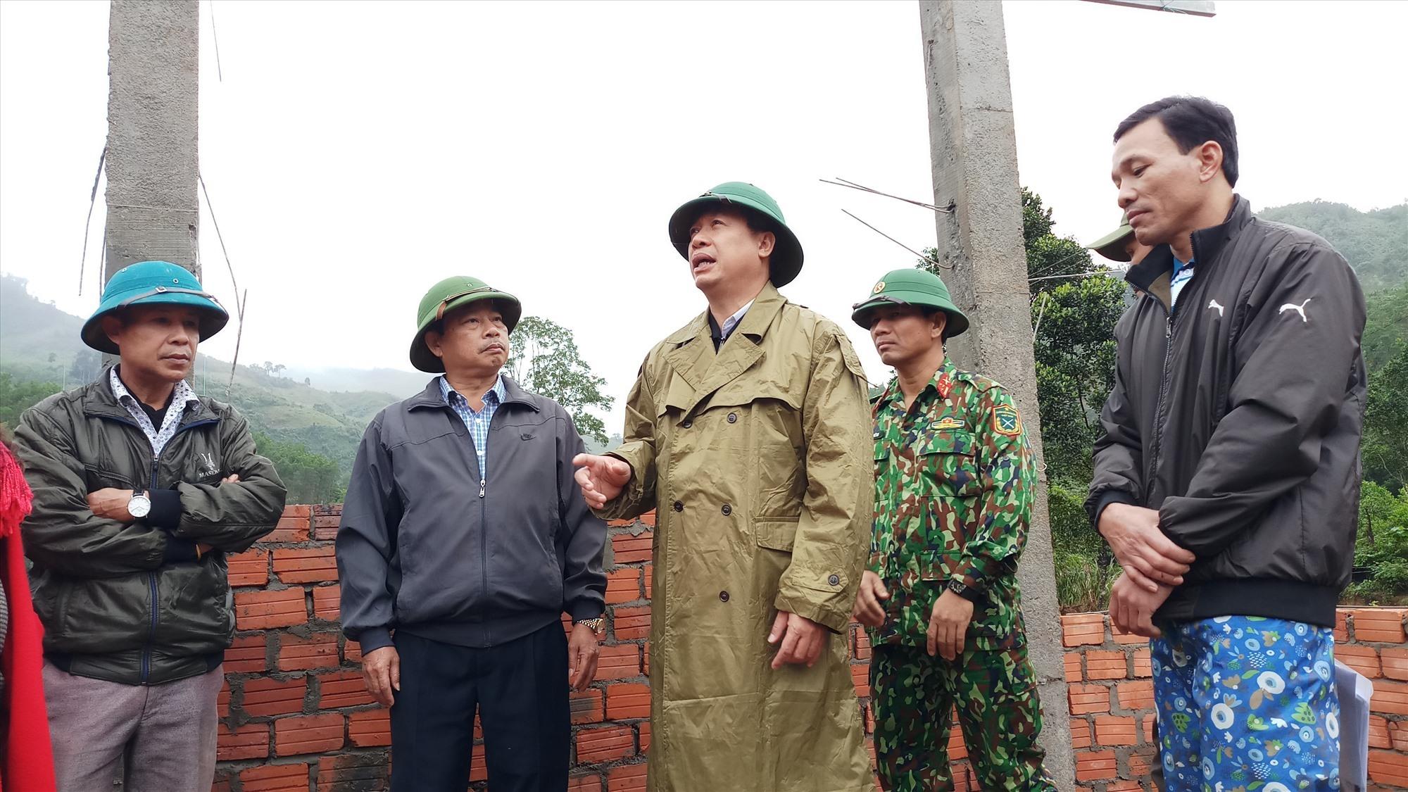 Để dân sớm có nhà mới ổn định đón tết Phó Chủ tịch UBND tỉnh Hồ Quang Bửu đề nghị cần đẩy nhanh tiến độ thi công, đảm bảo các điều kiện an toàn trobg lao động. Ảnh: A.N