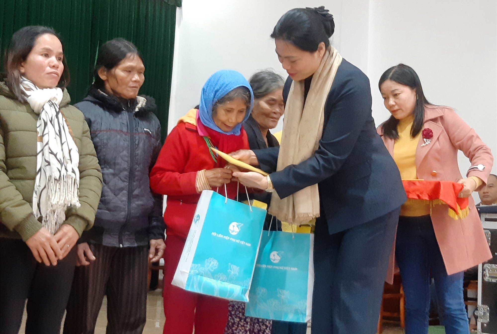 Trao quà cho hộ nghèo tại Bắc Trà My. Ảnh: HOÀNG LIÊN