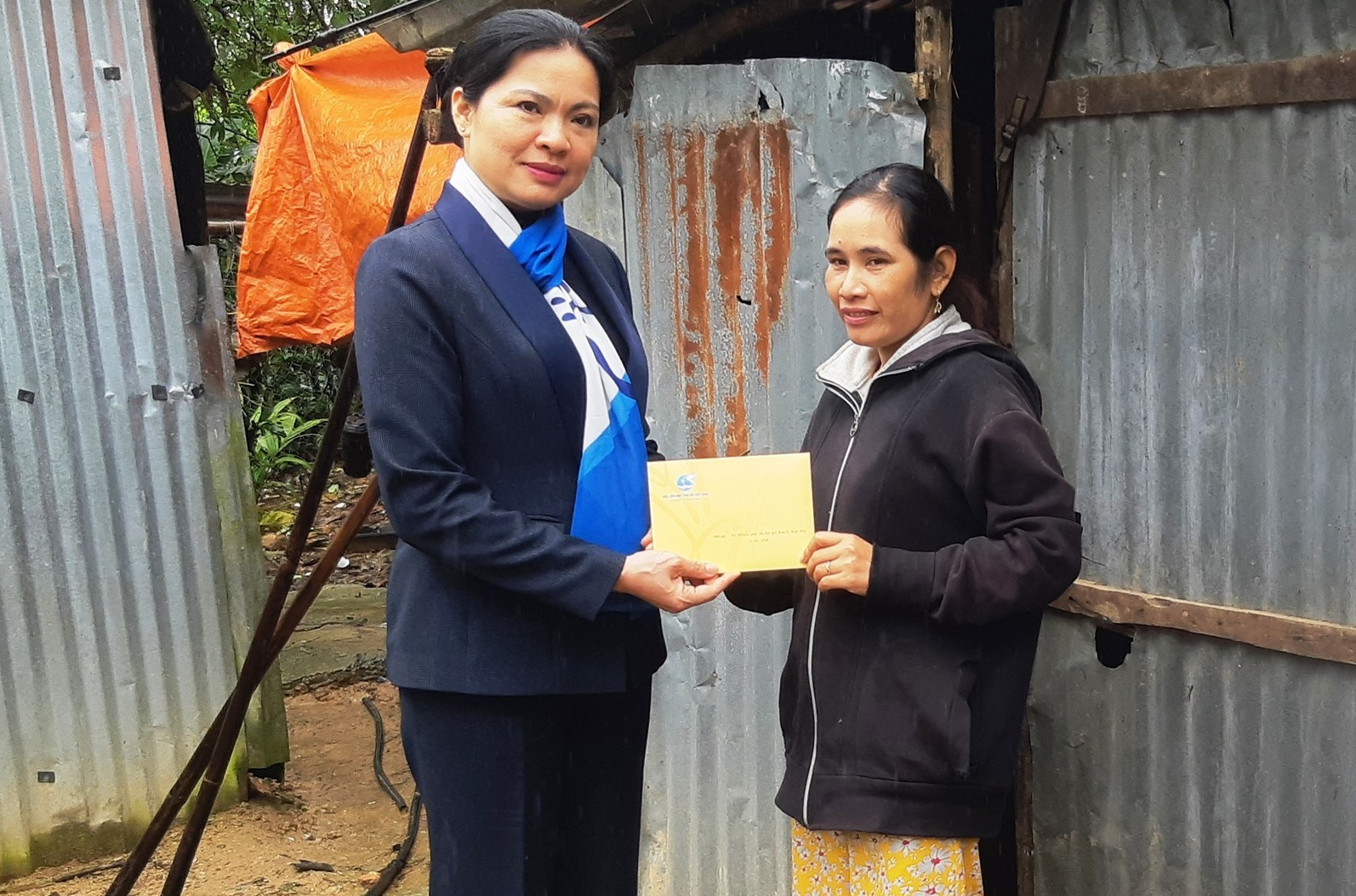 Đoàn đã trao trao 10 triệu đồng/hội viên phụ nữ có nhà bị sụp đổ hoàn toàn trong bão số 9 tại xã Trà Giang (Bắc Trà My). Ảnh: HOÀNG LIÊN
