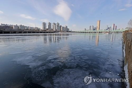Băng xuất hiện trên sông Hàn đoạn chảy qua thủ đô Seoul của Hàn Quốc trong đợt lạnh lần này. Ảnh: Yonghapnews
