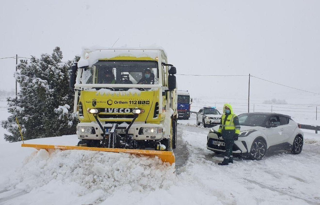 Dọn tuyết thông đường tại Tây Ban Nha. Ảnh:EP