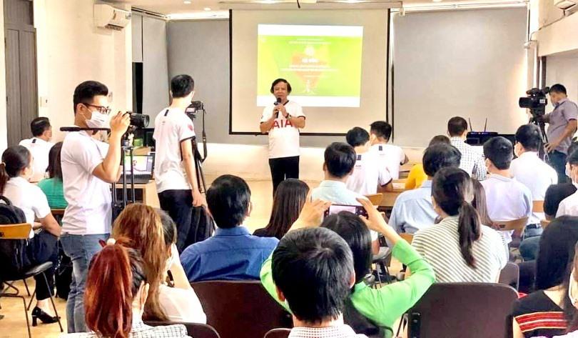 Ông Phạm Ngọc Sinh - Phó Giám đốc Sở Khoa học - công nghệ, Trưởng ban Điều hành hỗ trợ khởi nghiệp sáng tạo tỉnh trao đổi với các startup. Ảnh; M.N