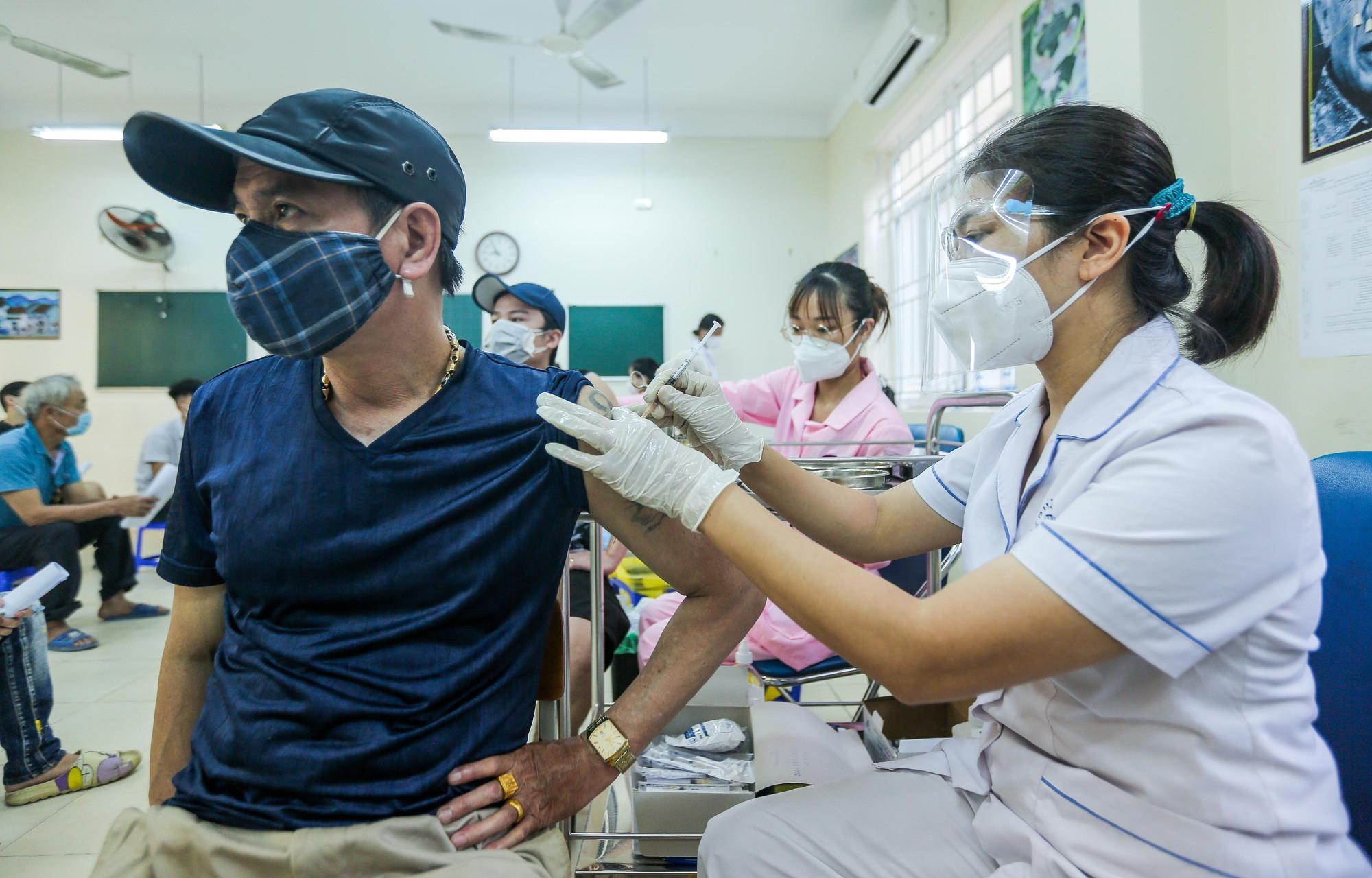Một người dân tại Hà Nội tiêm vắc xin Vero Cell hồi đầu tháng 9. Ảnh: Báo Người Lao Động