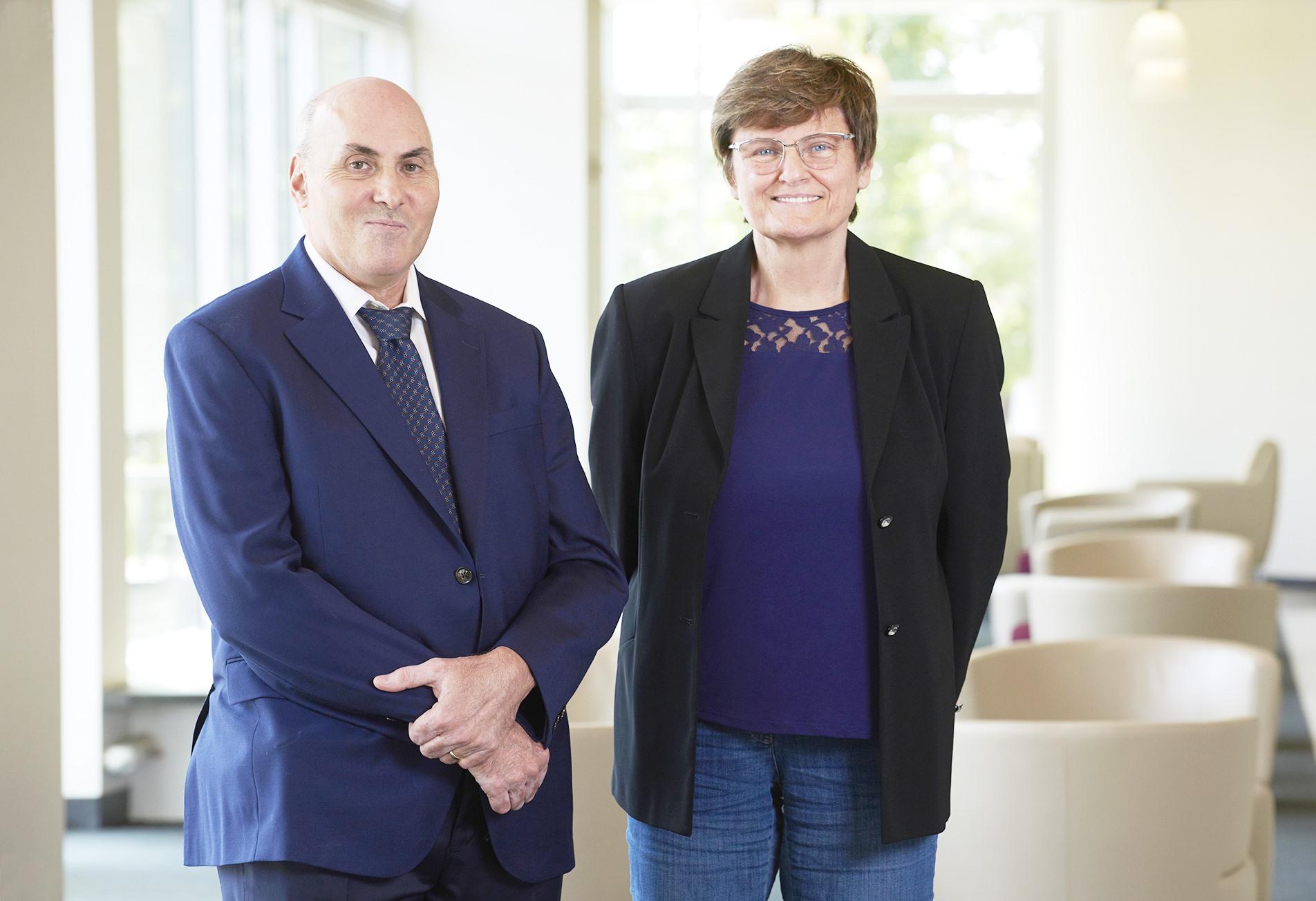 Hai nhà nghiên cứu Drew Weissman (trái) và Katalin Karikó, những chủ nhân của nhiều giải thưởng lớn liên quan đến đột phá trong khoa học đời sống, bao gồm vắc xin Covid-19 mRNA. Ảnh: Penn Medicine