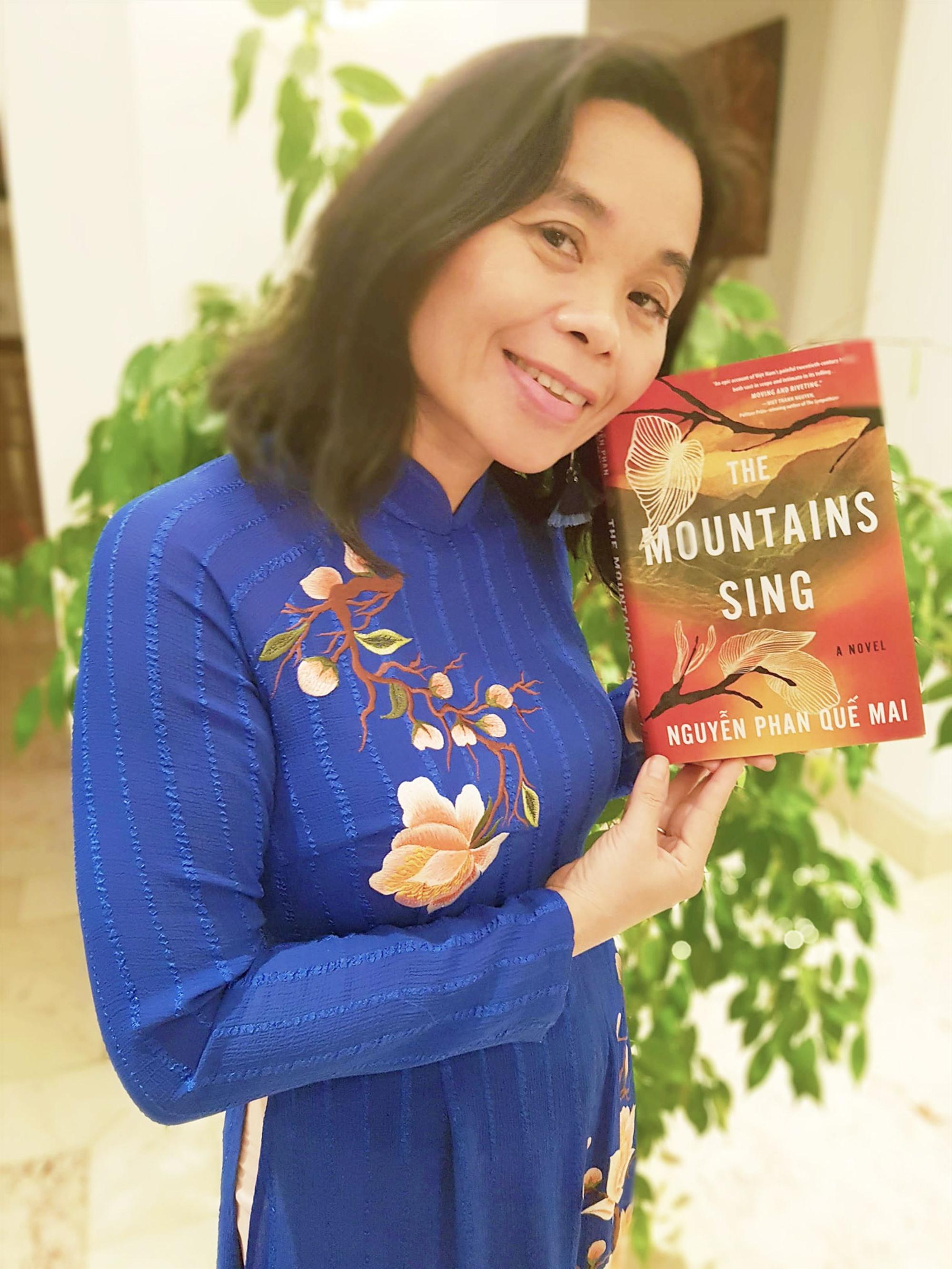 """Nhà văn Nguyễn Phan Quế Mai với tác phẩm """"The Mountains Sing""""."""