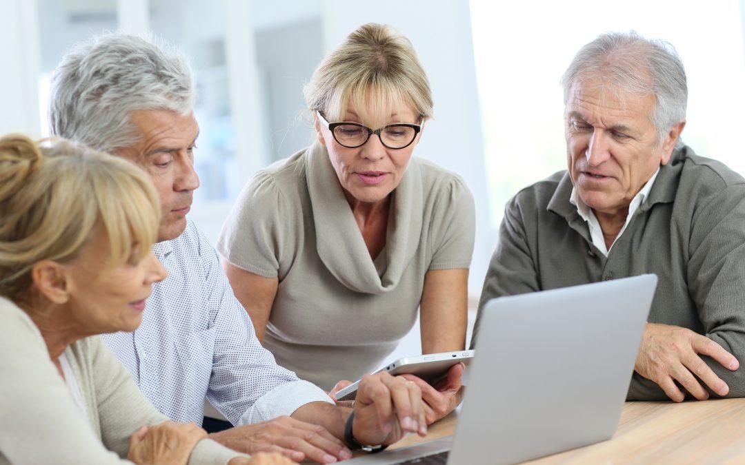 Người cao tuổi học kỹ năng sử dụng các thiết bị công nghệ. Ảnh: rightclickassistant