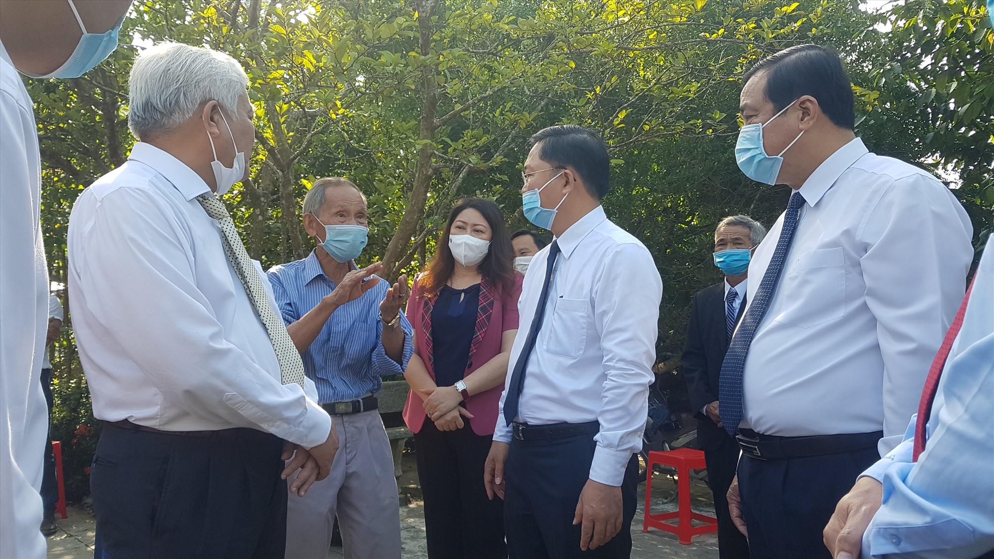 Các đồng chí lãnh đạo tinh trao đổi, thăm hỏi thân nhân của cụ Huỳnh. Ảnh: D.L