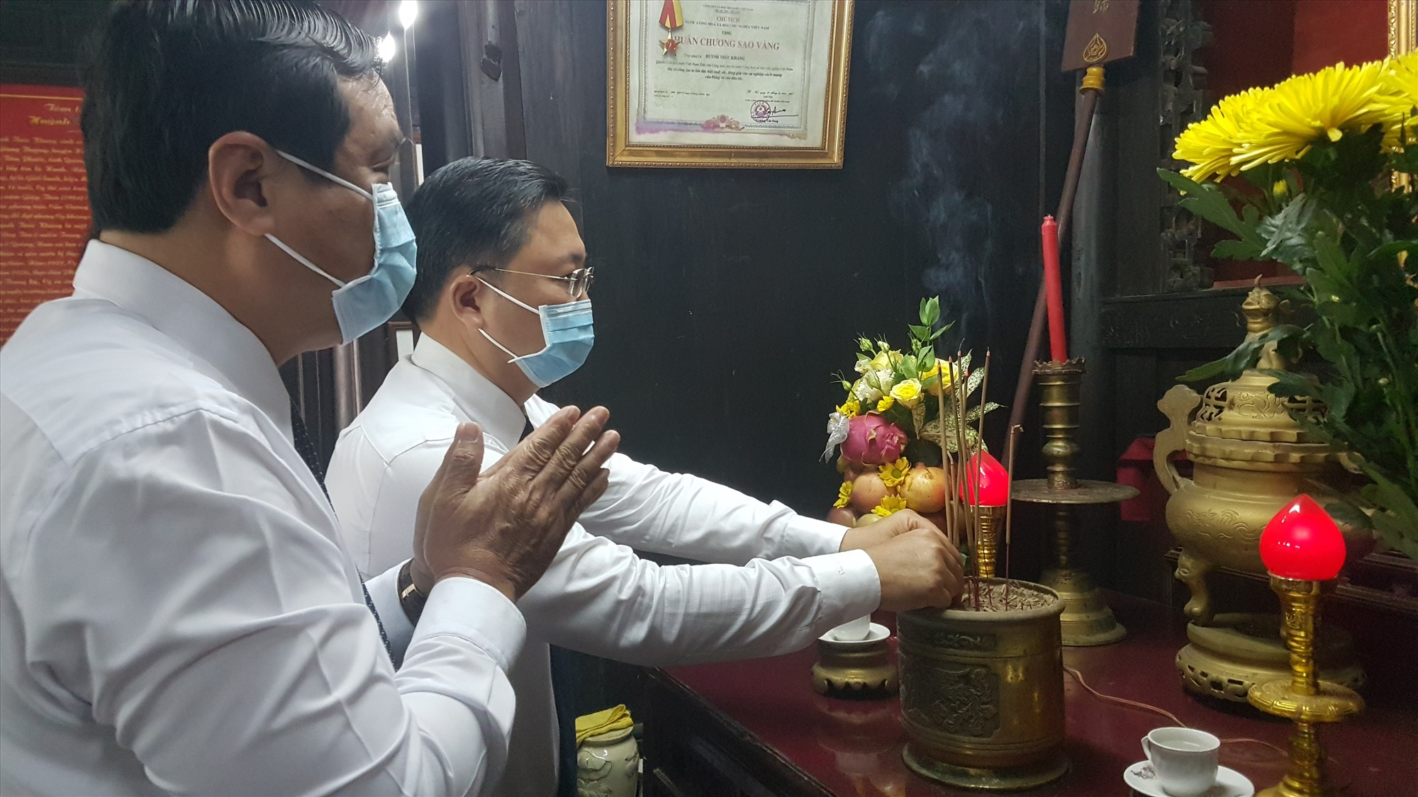 Bí thư Tỉnh ủy Phan Việt Cường và Chủ tịch UBND tỉnh Lê Trí Thanh viếng hương cụ Huỳnh. Ảnh: D.L