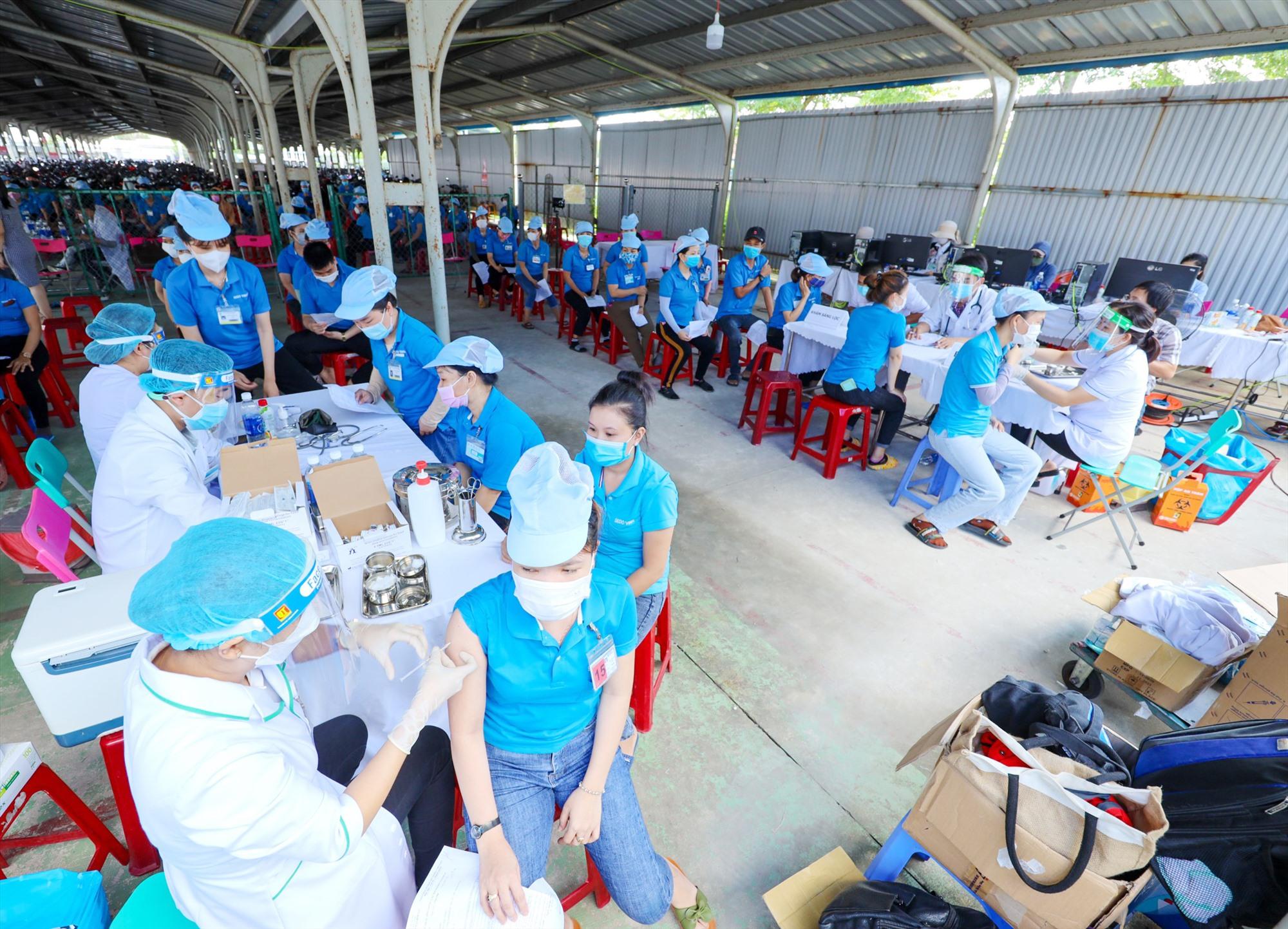 Tiêm chủng ngừa Covid-19 ở Quảng Nam. Ảnh: LÊ TRỌNG KHANG