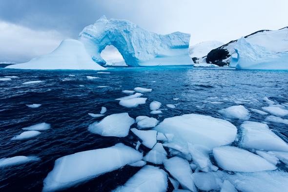 Lớp vỏ trái đất trồi lên và lan rộng khi trọng lượng của băng được nâng lên trên đảo Greenland, Nam Cực và các đảo ở Bắc Cực. Ảnh: Getty Images