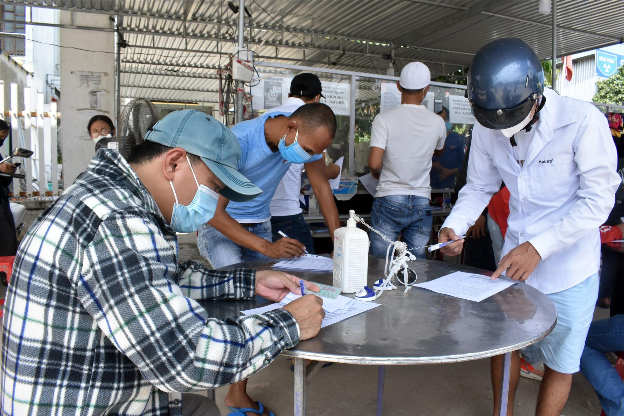 Người từ Đà Nẵng vào Quảng Nam kê khai y tế tại chốt kiểm soát Đại Hiệp - Ảnh: V.L