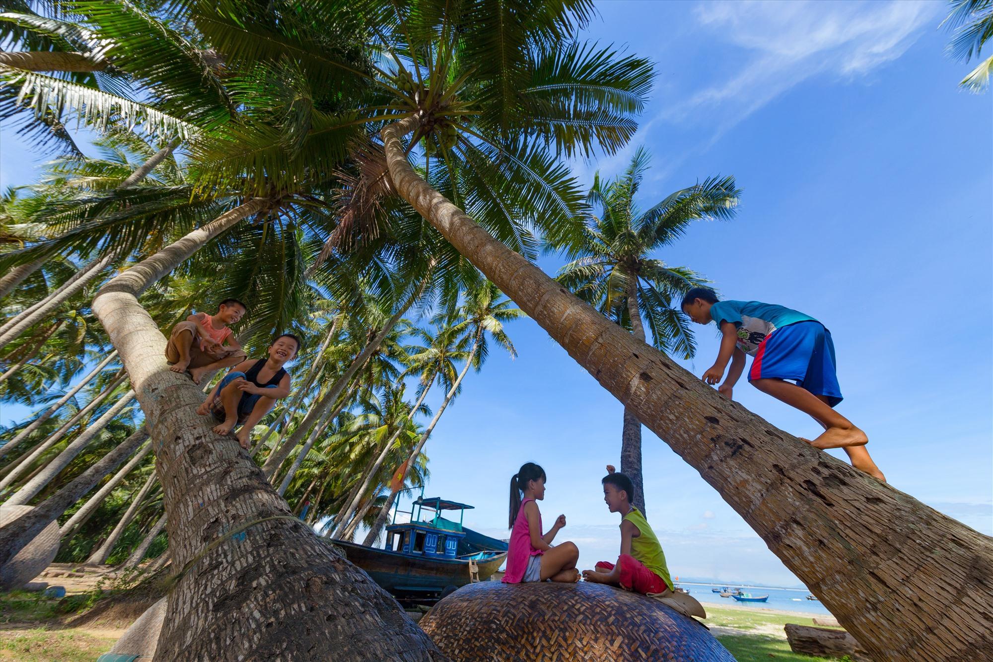 Tuổi thơ hồn nhiên của trẻ em xã đảo Tam Hải. Ảnh: HU.NT
