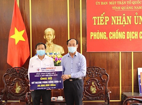 Ông Võ Xuân Ca - Chủ tịch Ủy ban MTTQ Việt Nam tỉnh Quảng Nam đón nhận kinh phí 30 triệu đồng ủng hộ Quỹ vắc xin Covid-19 của Công ty Thủy điện Sông Bung. Ảnh: X.L