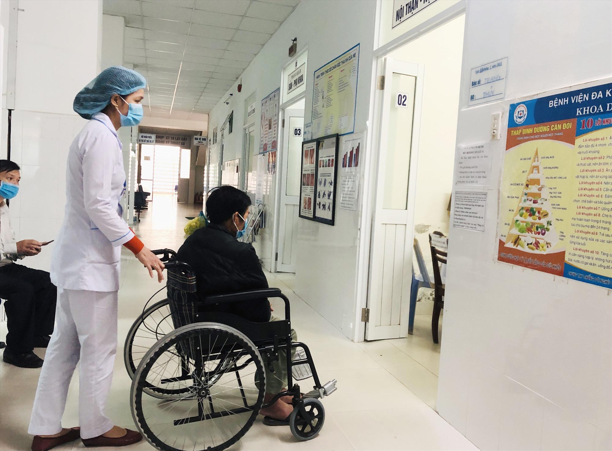 Nhiều bệnh viện công lập đang phải tìm cách để thích ứng trong tình hình thiếu nhân lực. Ảnh: X.H