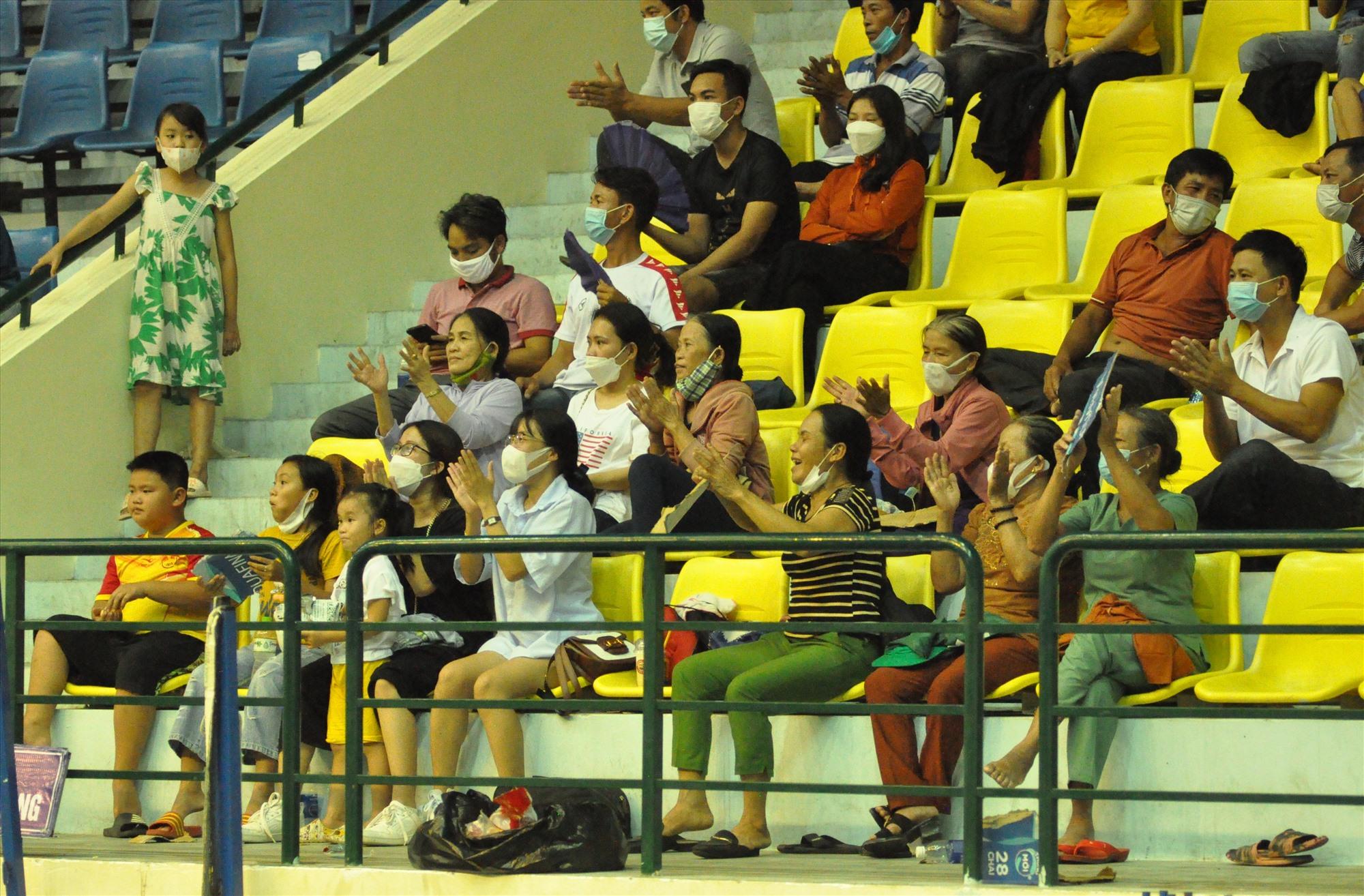 Khán giả Tam Thăng cổ vũ nhiệt tình nhưng vẫn không thể giúp cho các vận động viên trẻ xã nhà giành chiến thắng. Ảnh: T.V