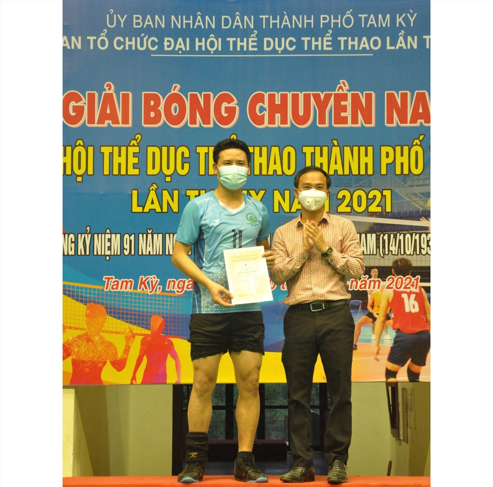 Phan Đức Hùng (Tân Thạnh) được trao giải vận động viên xuất sắc nhất giải. Ảnh: T.V