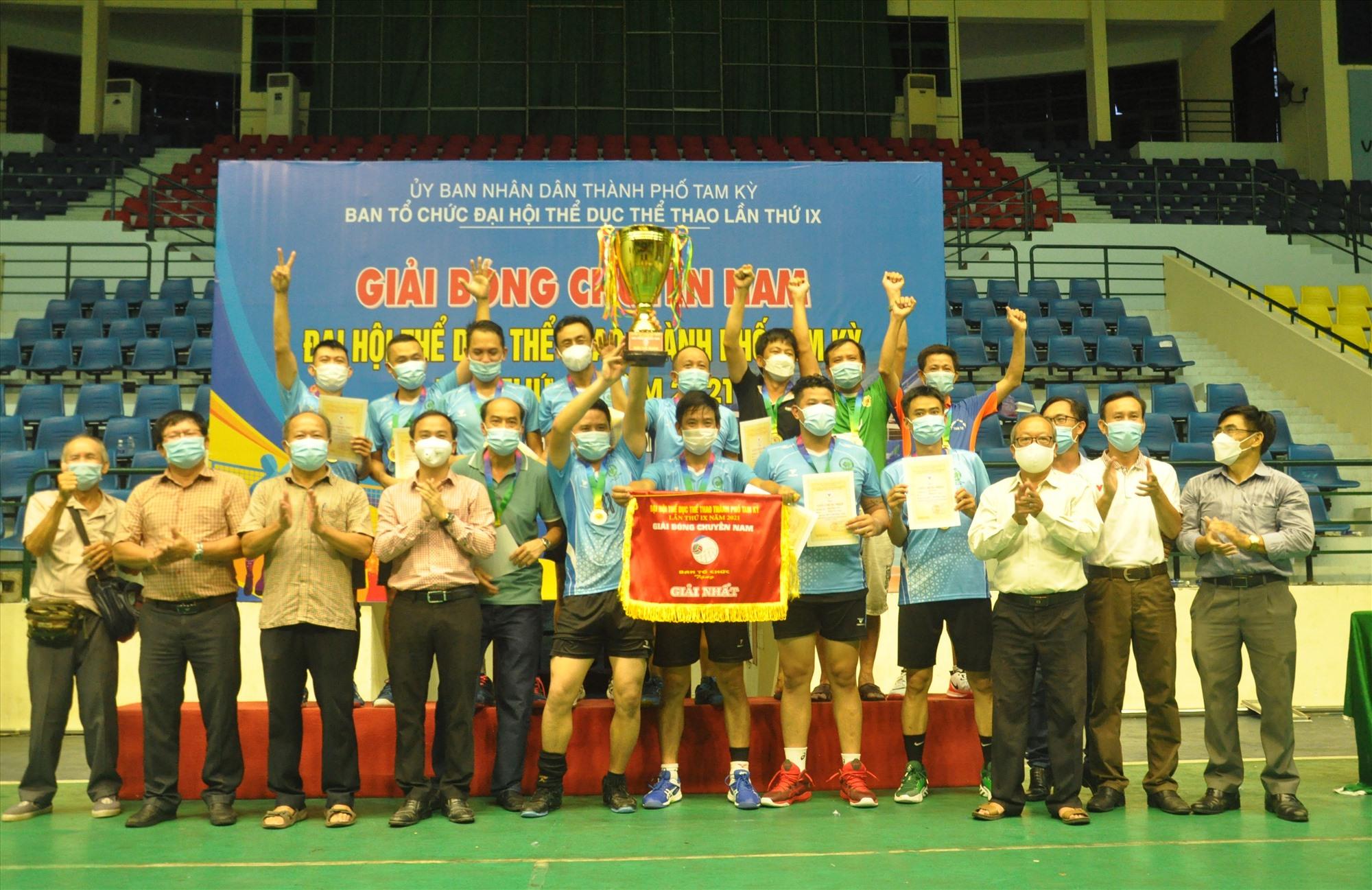 Niềm vui đoạt cúp vô địch của đội Tân Thạnh. Ảnh: T.V