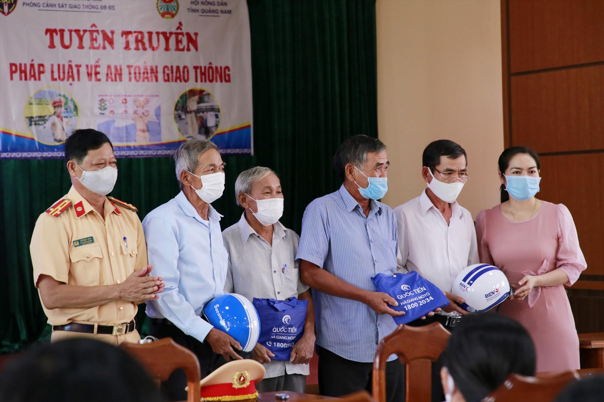 Dịp này, Phòng CSGT tặng nhiều phần quà cho các hội viên dự buổi tuyên truyền. Ảnh: T.C