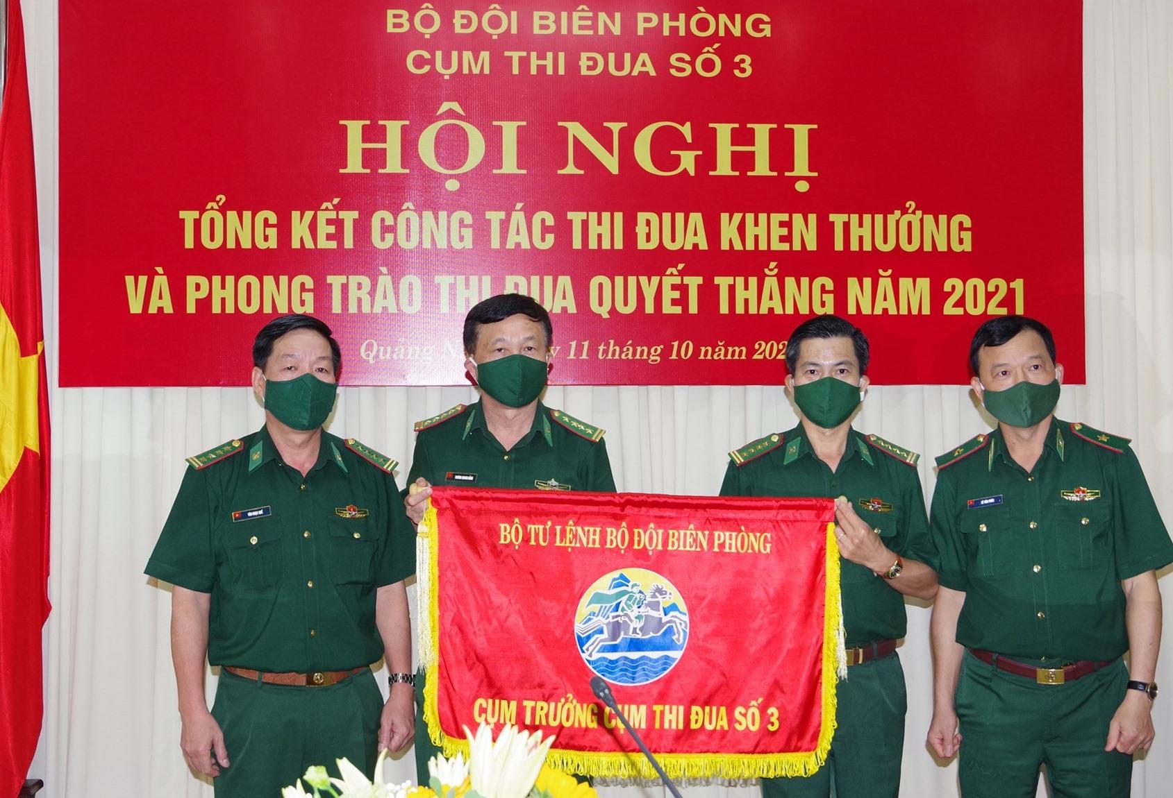 BĐBP Quảng Nam trao cờ Cụm trưởng Cụm thi đua số 3 cho BĐBP Quảng Ngãi. Ảnh: Hồng Anh