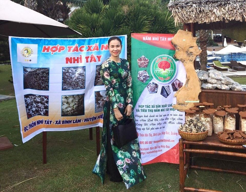 Giám đốc Nguyễn Thị Minh Thủy năng động trong điều hành HTX chuyên sản xuất nấm sò, nấm mộc nhĩ, nấm linh chi. Ảnh: K.K