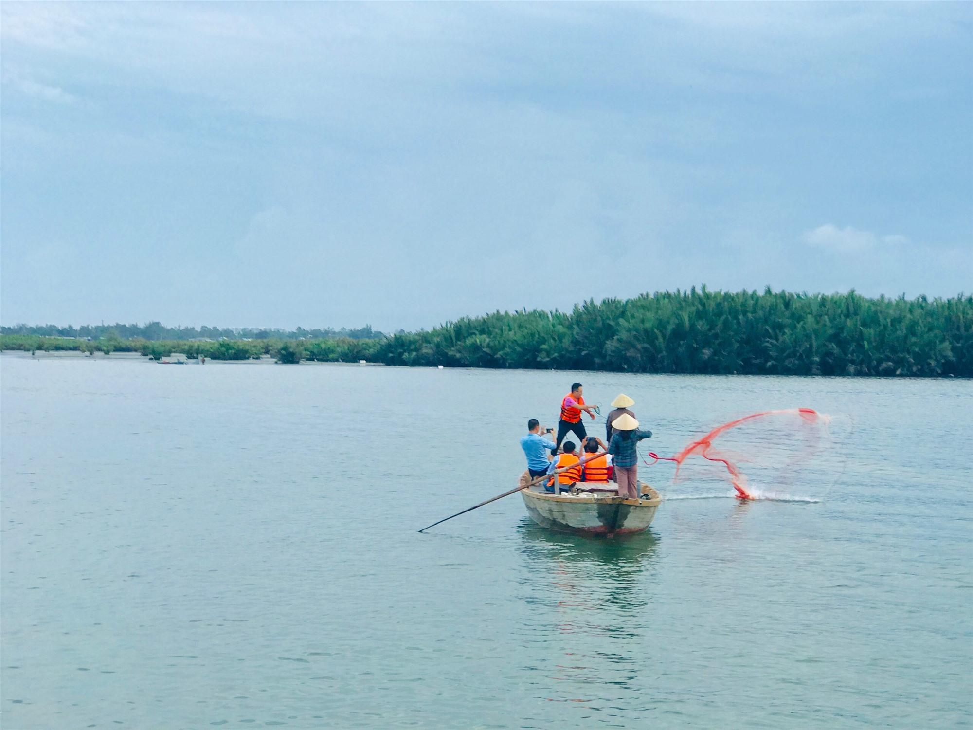 Du khách trải nghiệm văn hóa sông nước xứ Quảng. Ảnh: Q.T