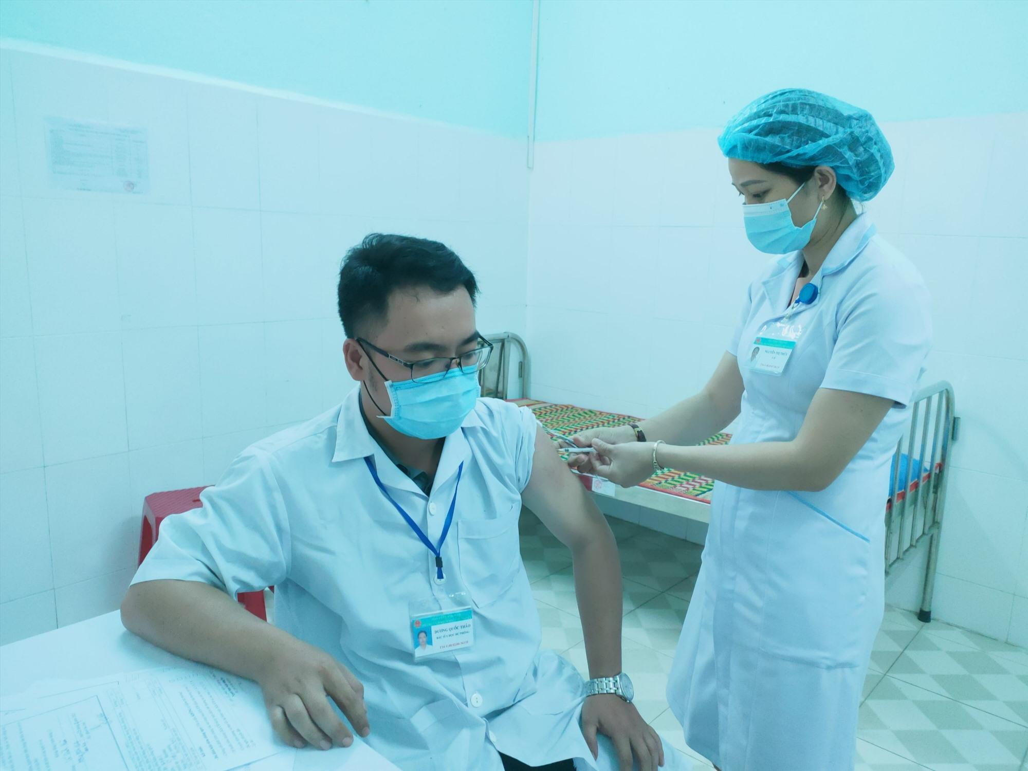 Tiêm vắc xin Covid-19 vẫn là biện pháp phòng ngừa Covid-19 hữu hiệu nhất. Ảnh; L.C