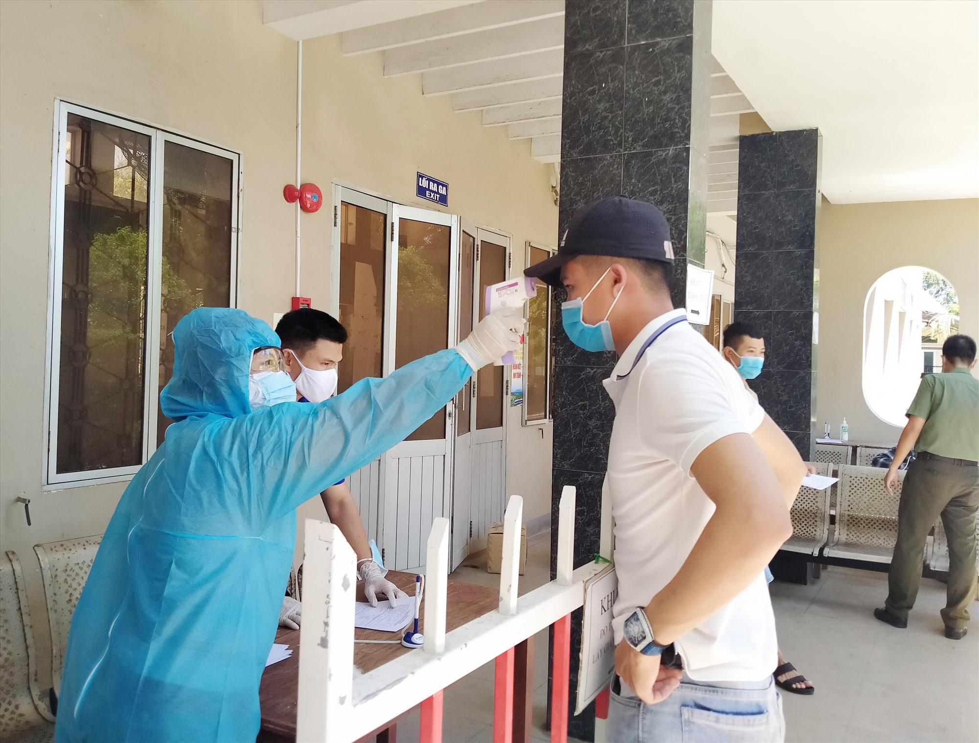 Hiện nay, nhân viên y tế tuyến huyện vẫn là lực lượng chủ chốt trong công tác phòng chống dịch ở cơ sở. Ảnh: X.H