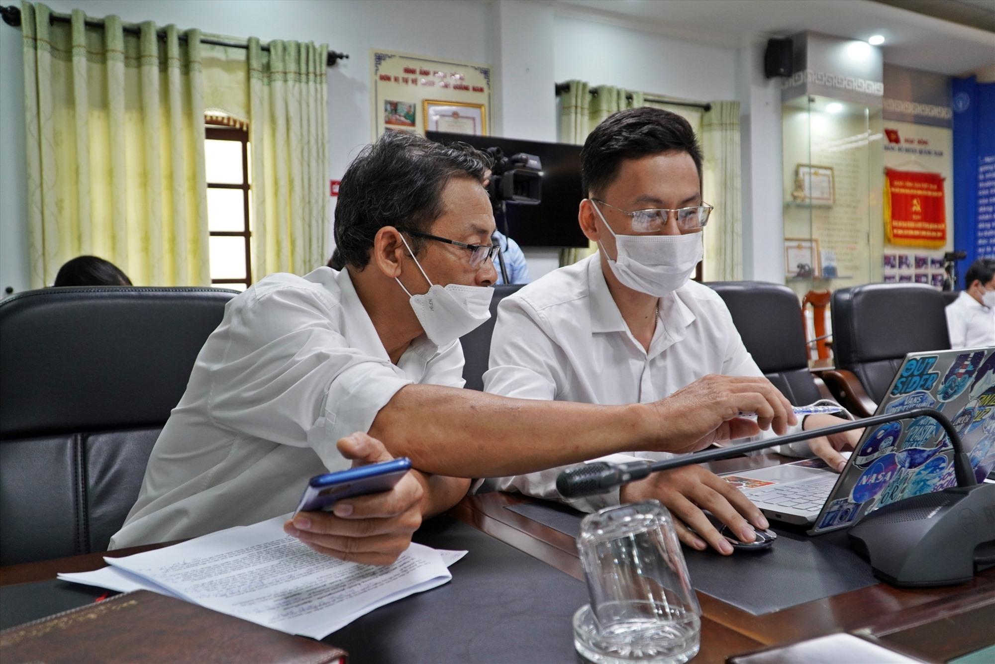 Lãnh đạo các phòng nghiệp vụ của BHXH tỉnh Quảng Nam trao đổi một số nội dung để trả lời bạn đọc.