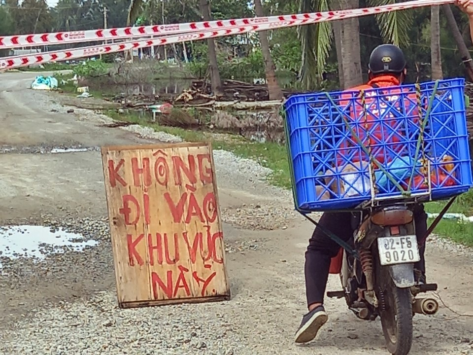 Gia đình ông Trần Đức Lai giăng giây chắn ngang đường ĐT613B không cho các phương tiện qua lại vào ngày 11.10. Ảnh: H.ĐẠO