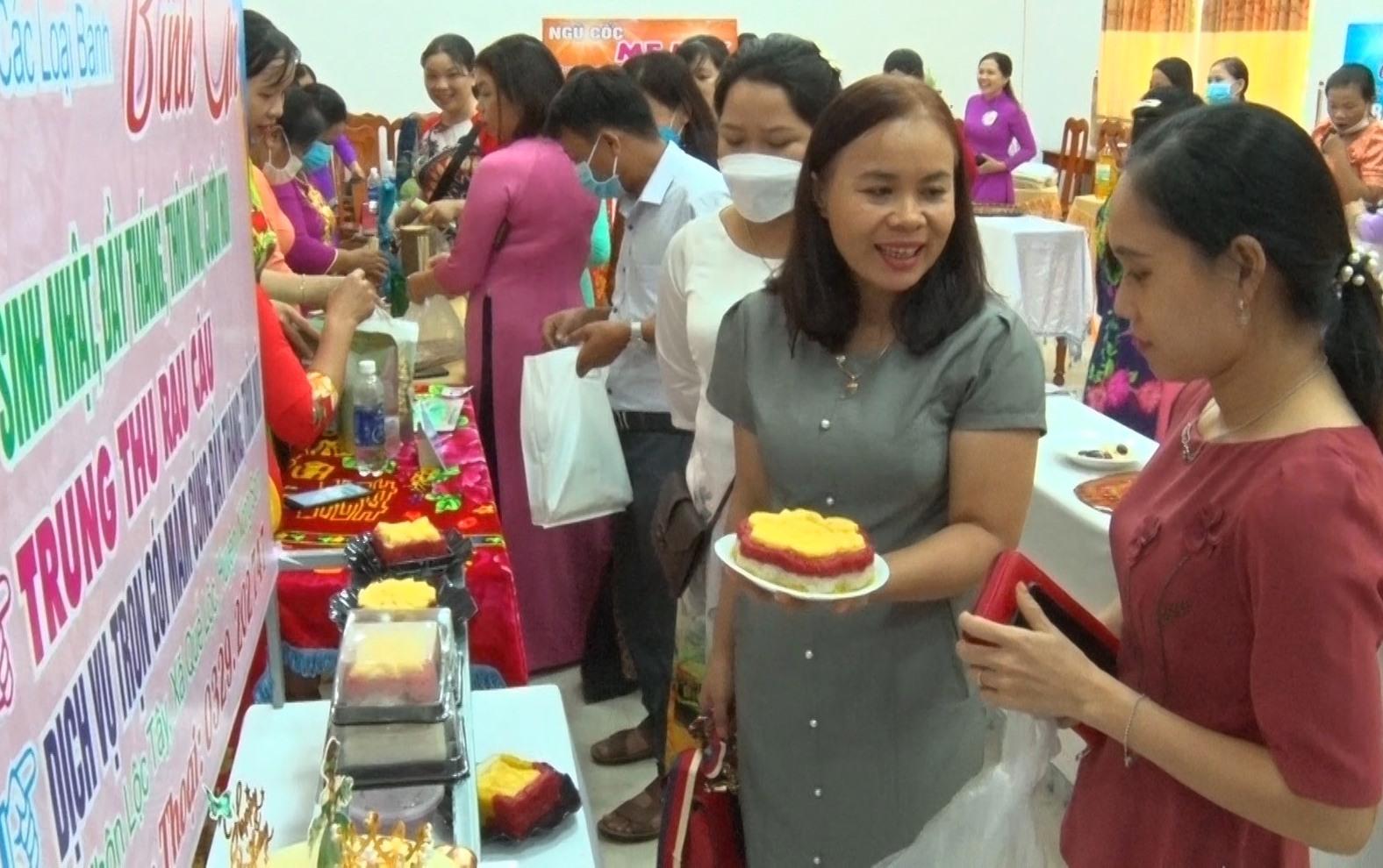 """Các sản phẩm khởi nghiệp của phụ nữ trưng bày tại """"Ngày hội phụ nữ khởi nghiệp - sáng tạo năm 2021"""". Ảnh: N.P"""