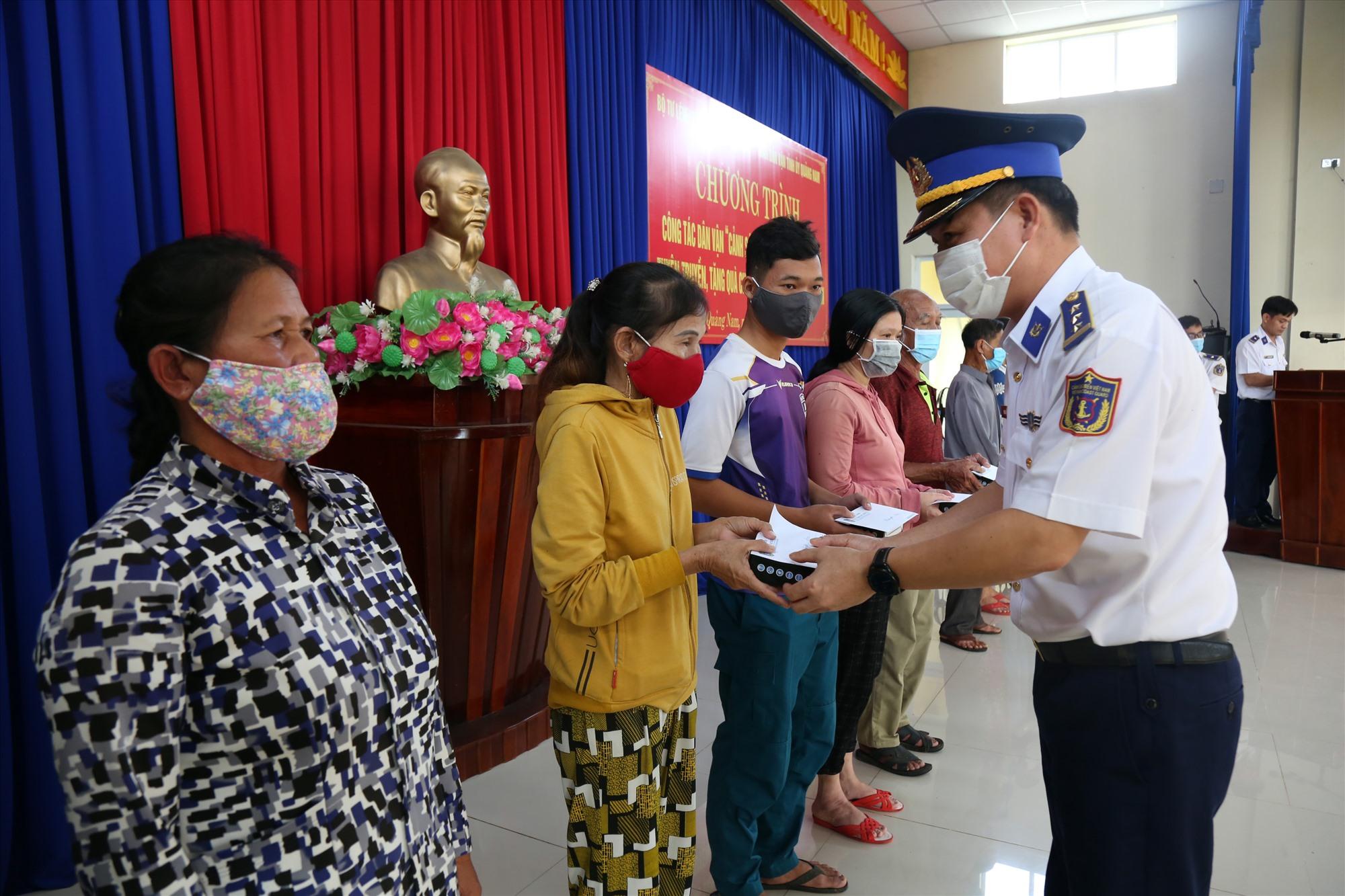Thượng tá Bùi Đại Hải - Phó Chính ủy Bộ Tư lệnh Vùng Cảnh sát 2 tặng quà ngư dân. Ảnh: T.C