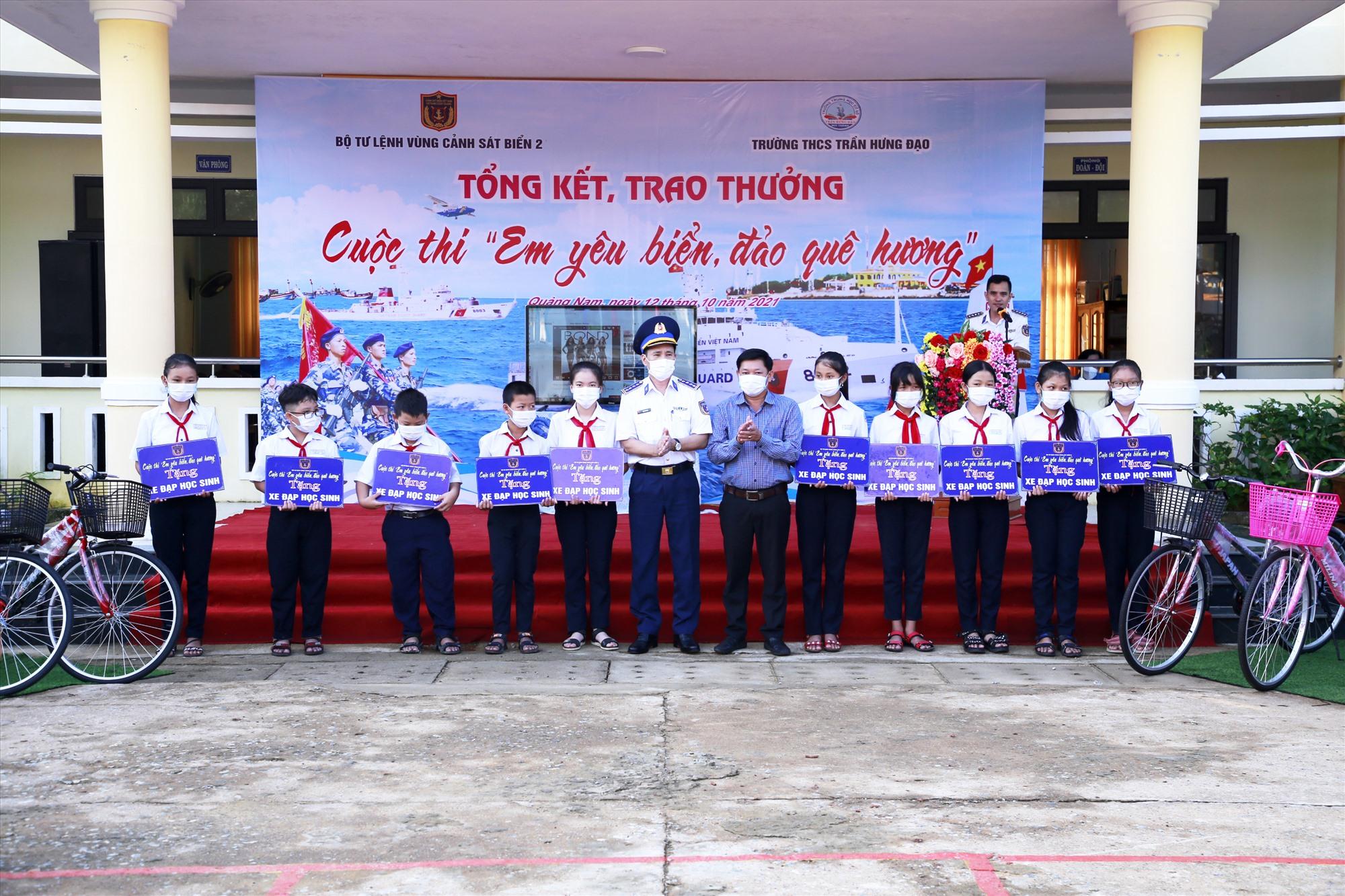 Bộ Tư lệnh Vùng Cảnh sát biển 2 trao 10 xe đạp và 10 suất học bổng hỗ trợ học sinh Trường THCS Trần Hưng Đạo. Ảnh: T.C