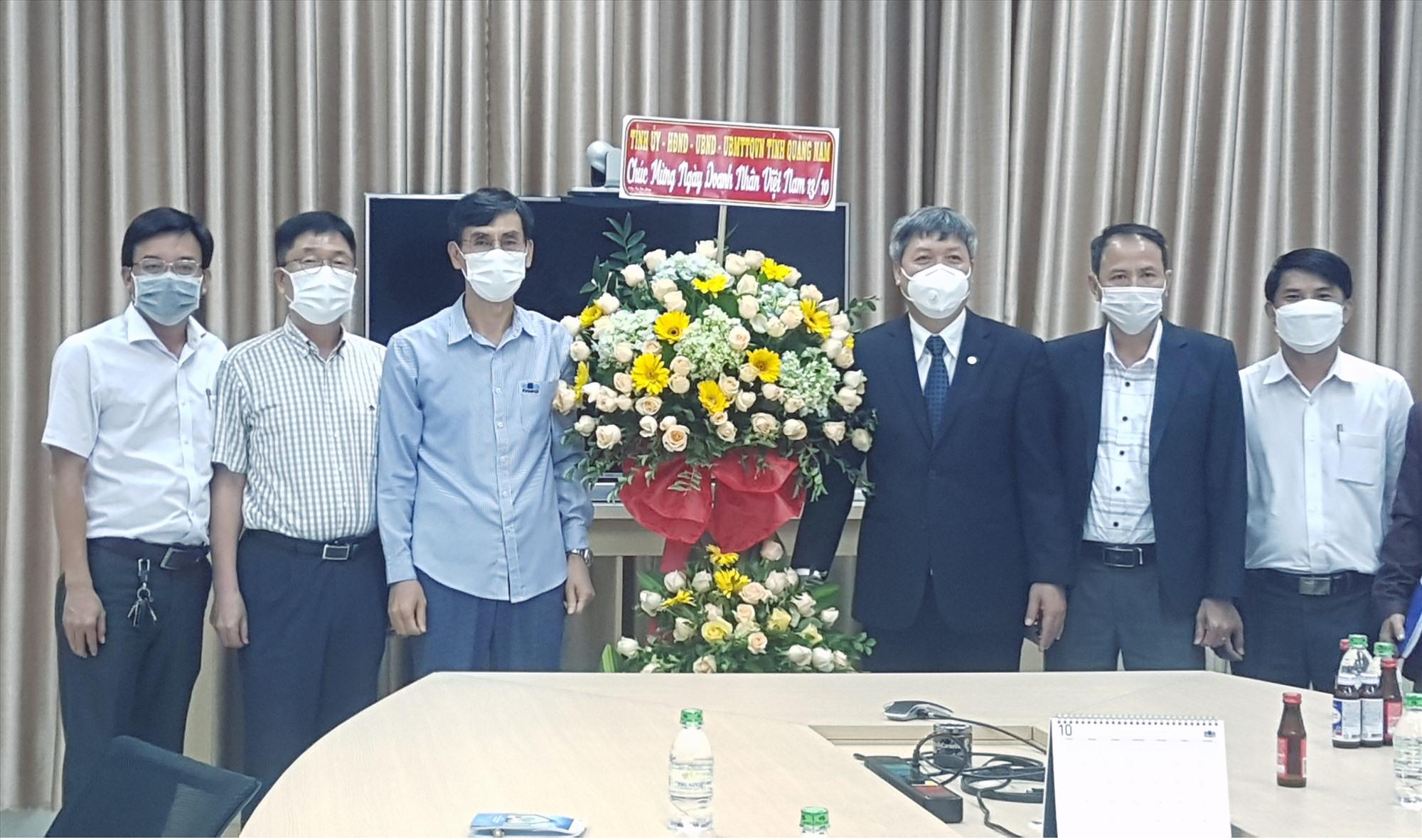 Lãnh đạo tỉnh thăm, tặng hoa chúc mừng tại Công ty TNHH Panko Tam Thăng. Ảnh: D.L