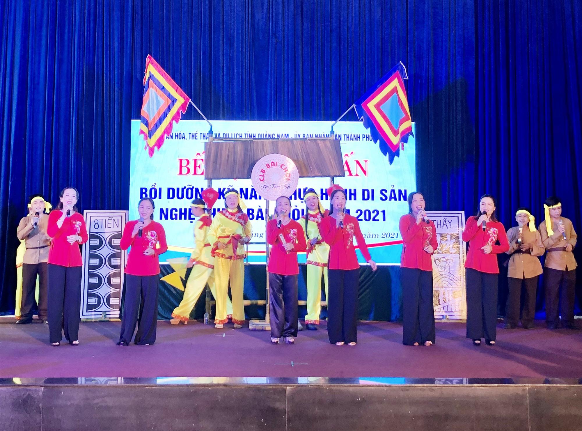 Học viên trình diễn bài chòi tại lễ bế mạc.