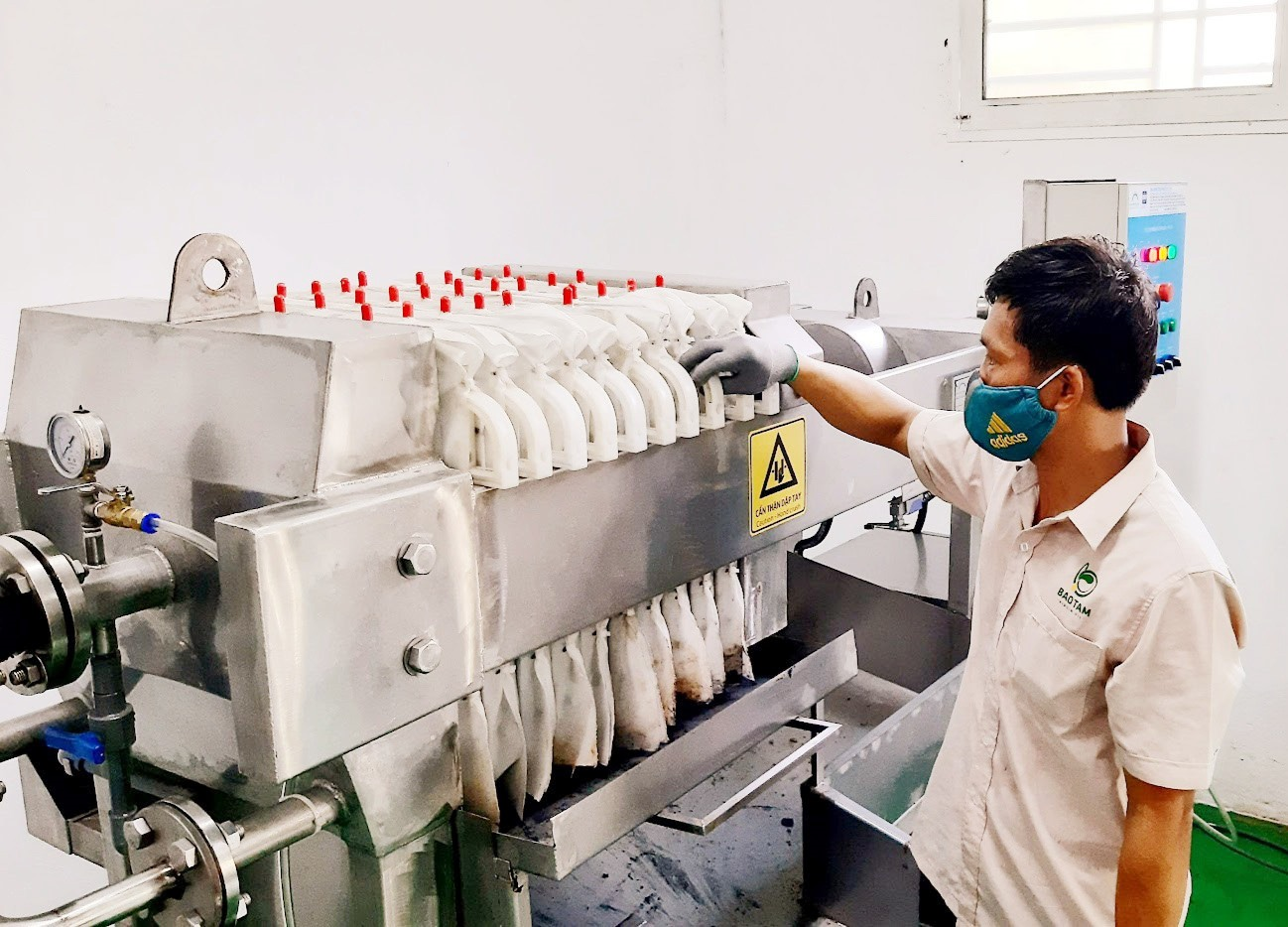 HTX Sản xuất dầu nguyên chất Bảo Tâm (Tam Ngọc, Tam Kỳ) đầu tư hệ thống máy móc hiện đại để nâng cao công suất hoạt động và chất lượng sản phẩm. Ảnh: N.S
