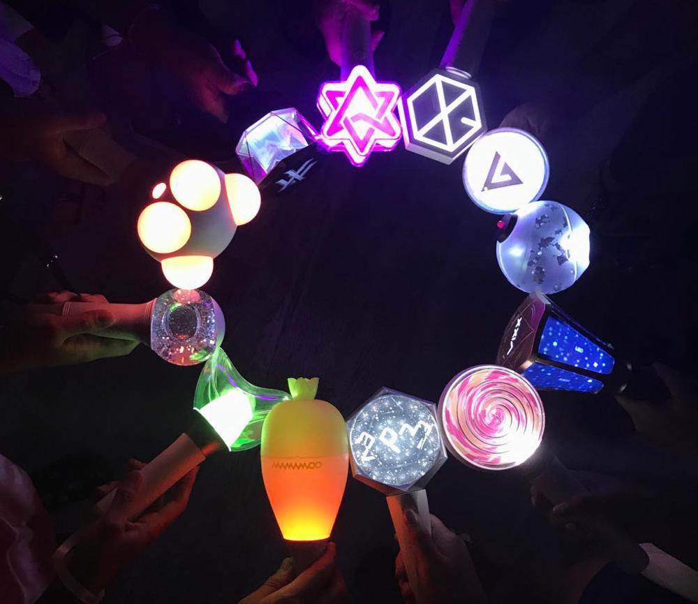 Lightstick là vật dụng không thể thiếu của người hâm mô K-pop. Ảnh: kpopmap