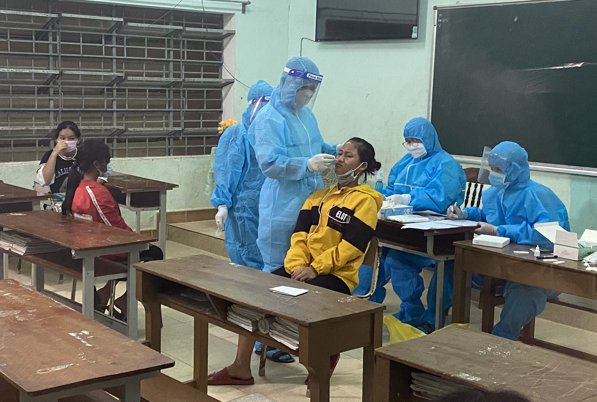 Tiến hành lấy mẫu tại trường Phổ thông Dân tộc Bán trú và Trung học cơ sở ( PTDTBT và THSC ) Phước Chánh – noi phát hiện thêm nhiều F0.