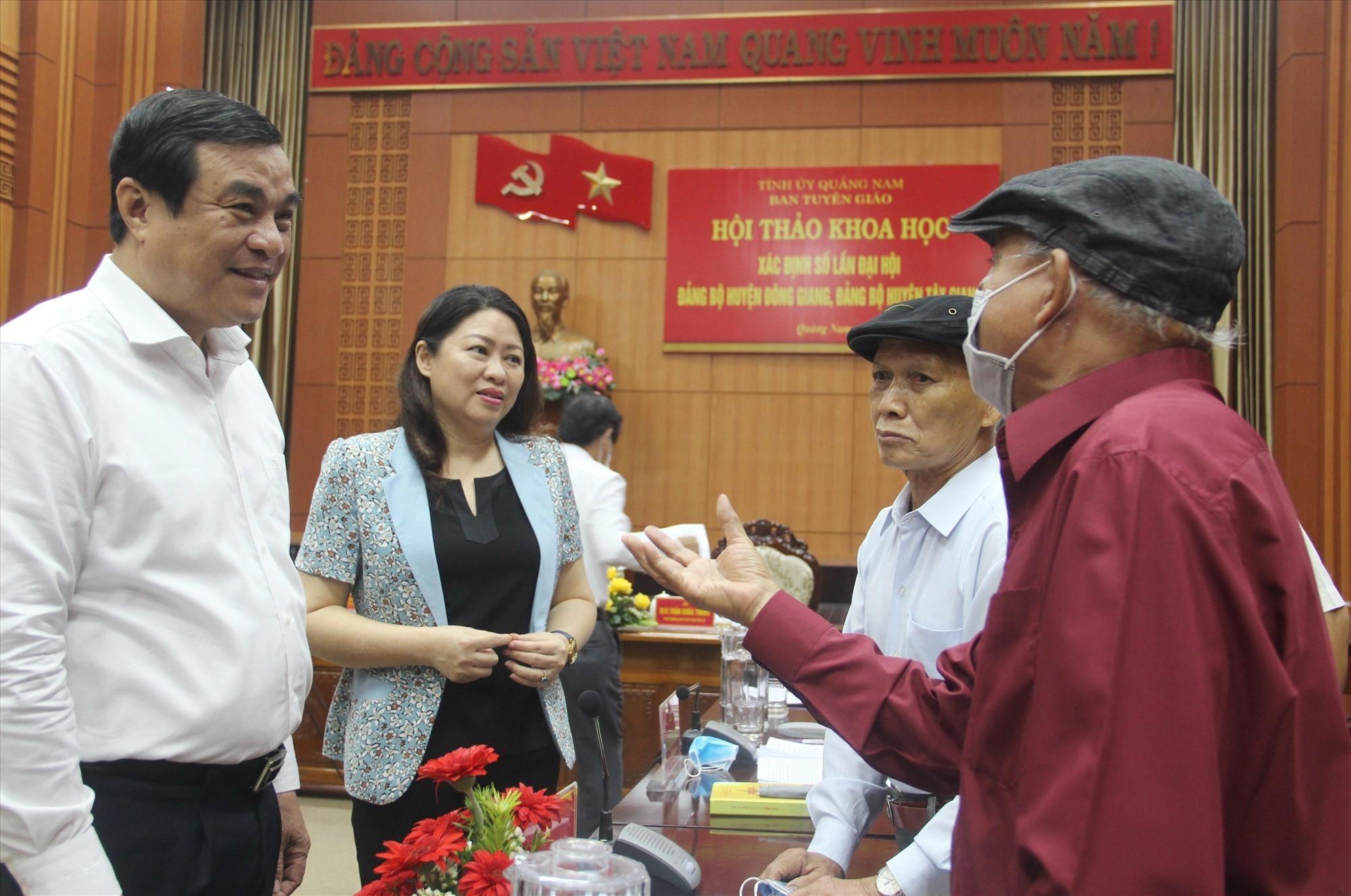 Ủy viên Trung ương Đảng, Bí thư Tỉnh ủy Phan Việt Cường thăm hỏi các nhân chứng nguyên là lãnh đạo hai hai địa phương Đông Giang, Tây Giang. Ảnh: N.Đ
