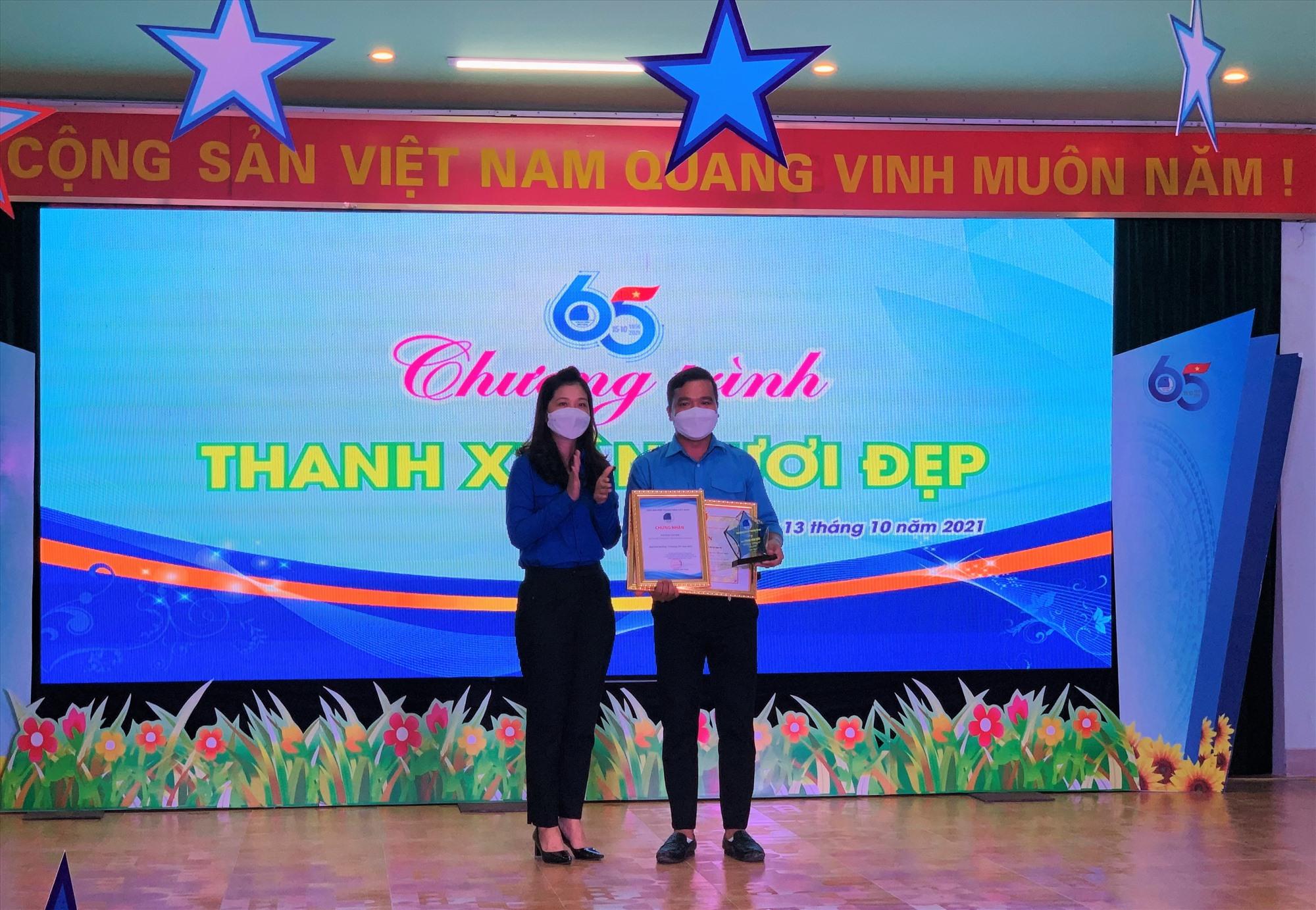 """Bí thư Tỉnh đoàn Phạm Thị Thanh trao giải thưởng """"15 tháng 10"""" cho anh Phan Văn Đức. Ảnh: THU VUI"""