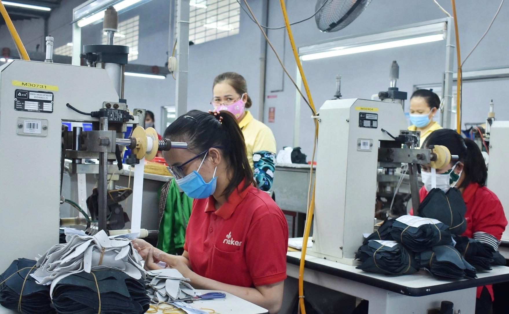 Hầu hết công nhân Công ty TNHH Giày Rieker Việt Nam đã được tiêm vắc xin ngừa Covid-19 - Ảnh: V.L
