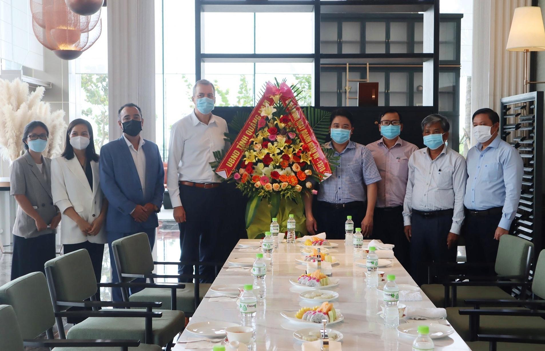 Tặng hoa chúc mừng Ngày Doanh nhân Việt Nam tại khu nghỉ dưỡng phức hợp Hoiana. Ảnh: Q.T