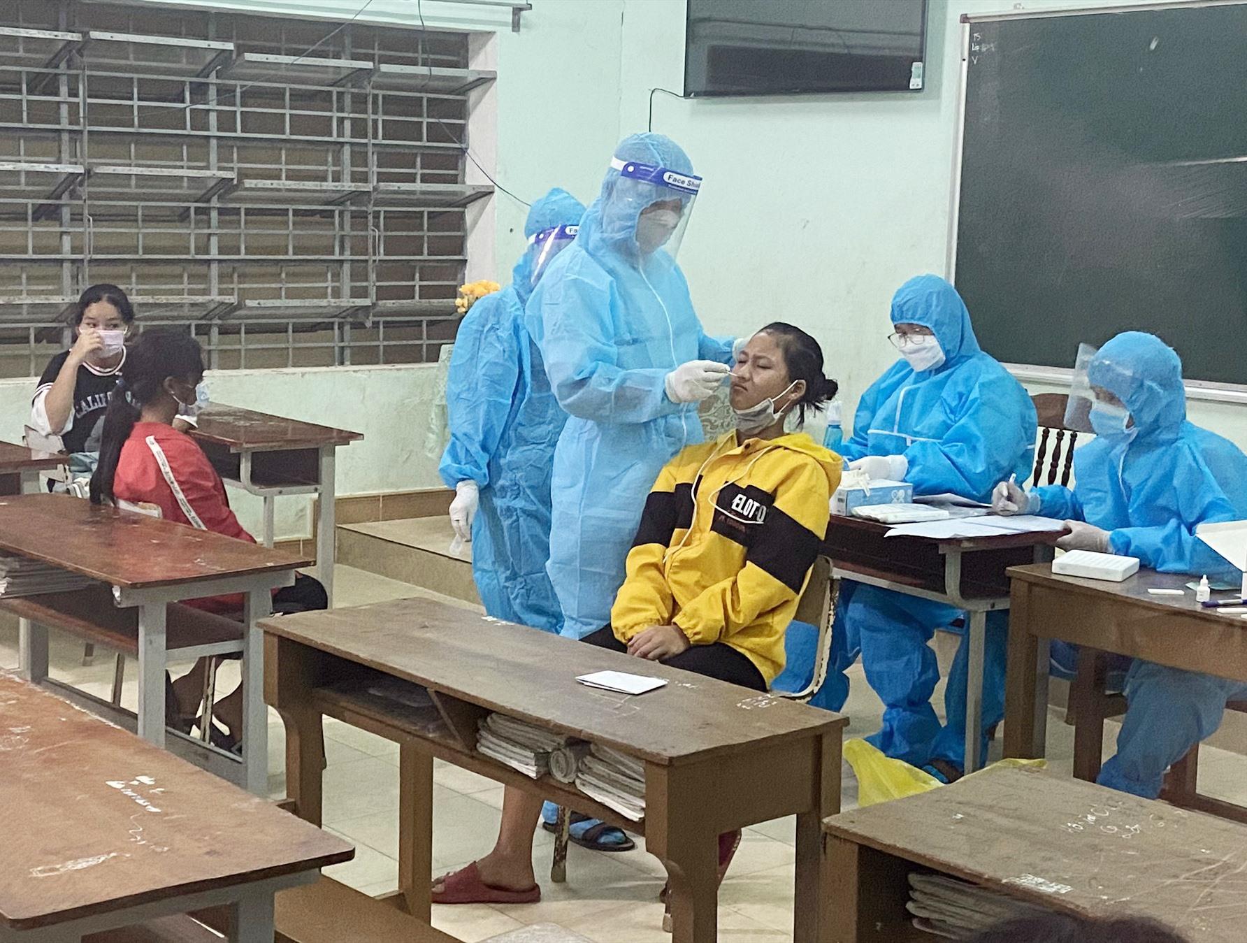 Huyện Phước Sơn tiến hành truy vết và xét nghiệm trong đêm 12.10. Ảnh: TRỌNG Ý